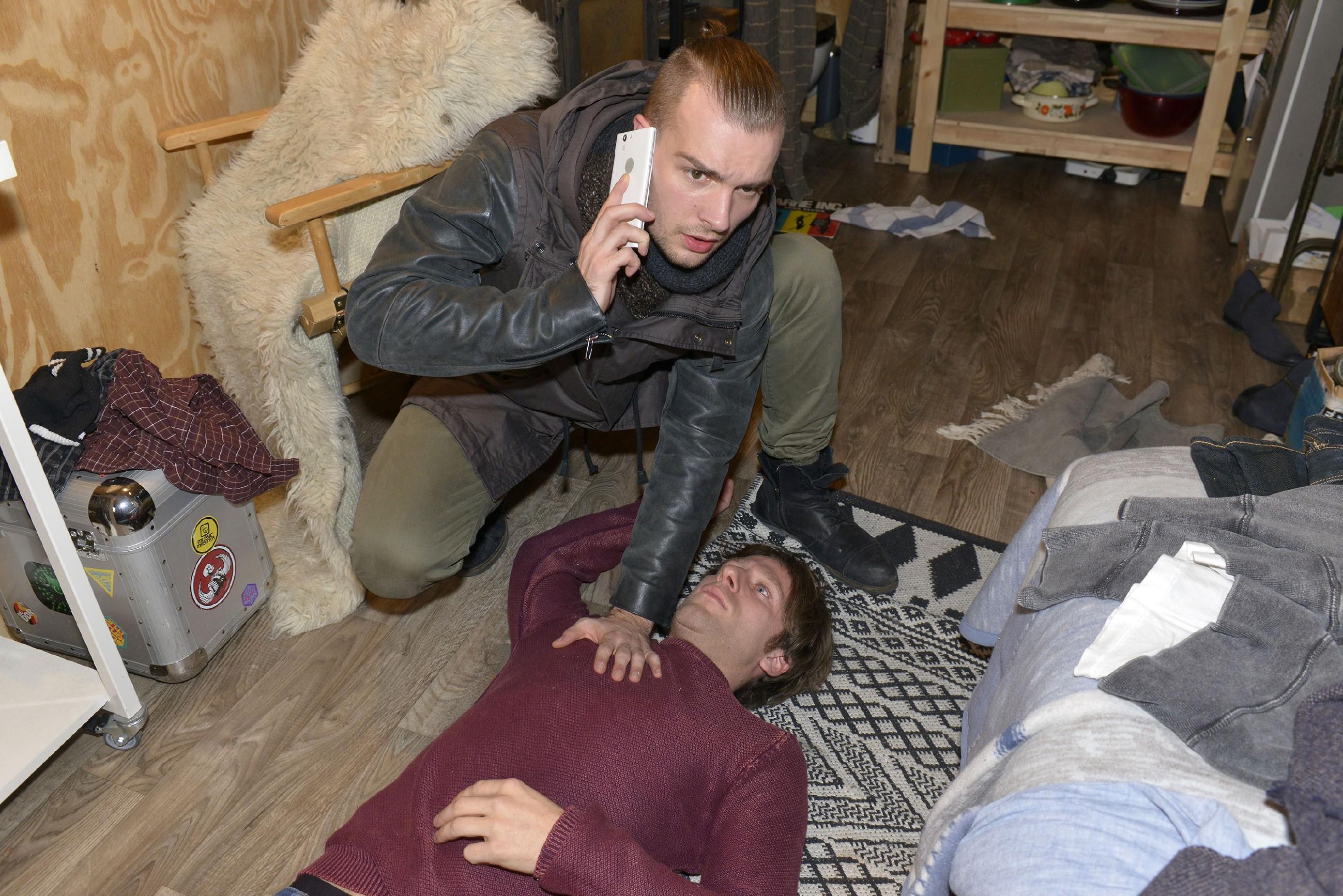 Chris (Eric Stehfest, l.) ruft Hilfe, als er den kollabierten Till (Merlin Leonhardt) im Bauwagen findet... (Quelle: RTL / Rolf Baumgartner)