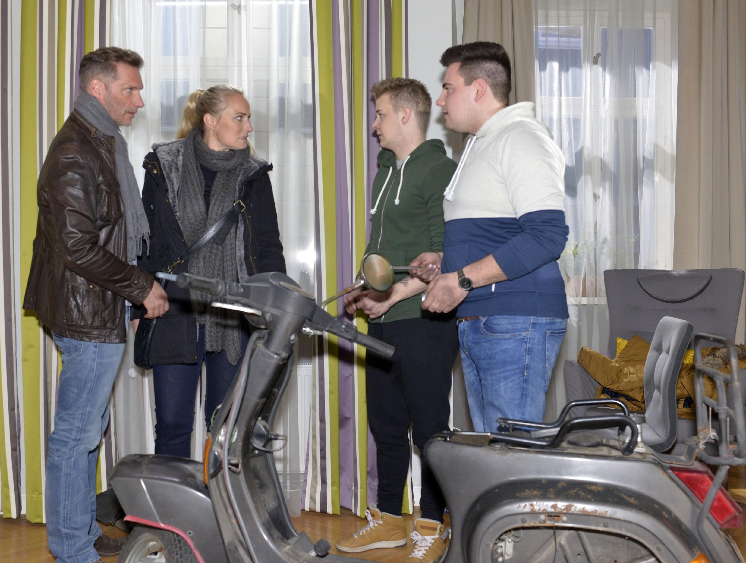 Alexander (Clemens Löhr, l.) und Maren (Eva Mona Rodekirchen) sind sauer, als sie das Chaos in der Wohnung sehen, das Jonas (Felix van Deventer, 2.v.r.) und sein Kumpel (Komparse) bei der Reparatur des Rollers angerichtet haben. (Quelle: RTL / Rolf Baumgartner)