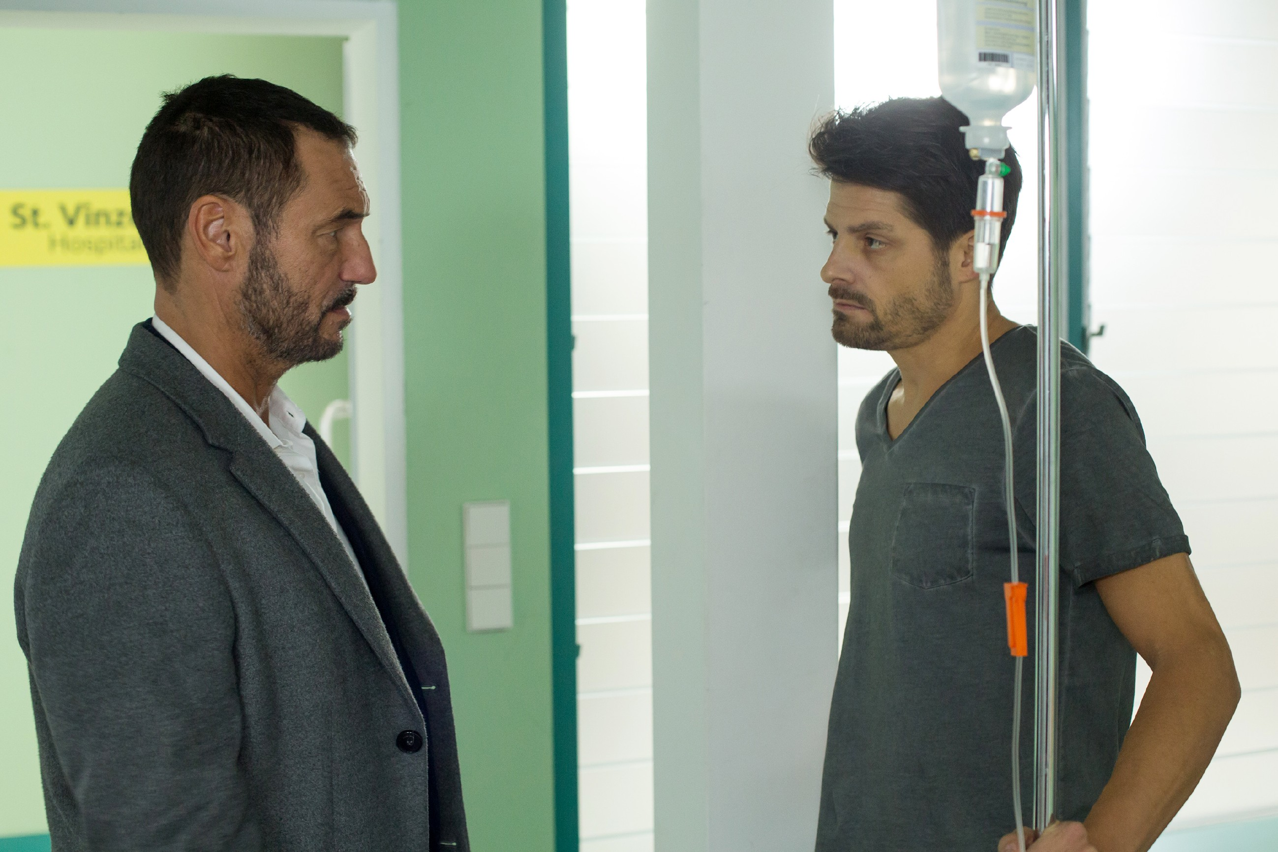 Richard (Sivian-Pierre Leirich, l.) macht Vincent (Daniel Buder) eine bedrohliche Ansage. (Quelle: RTL / Michael Böhme)