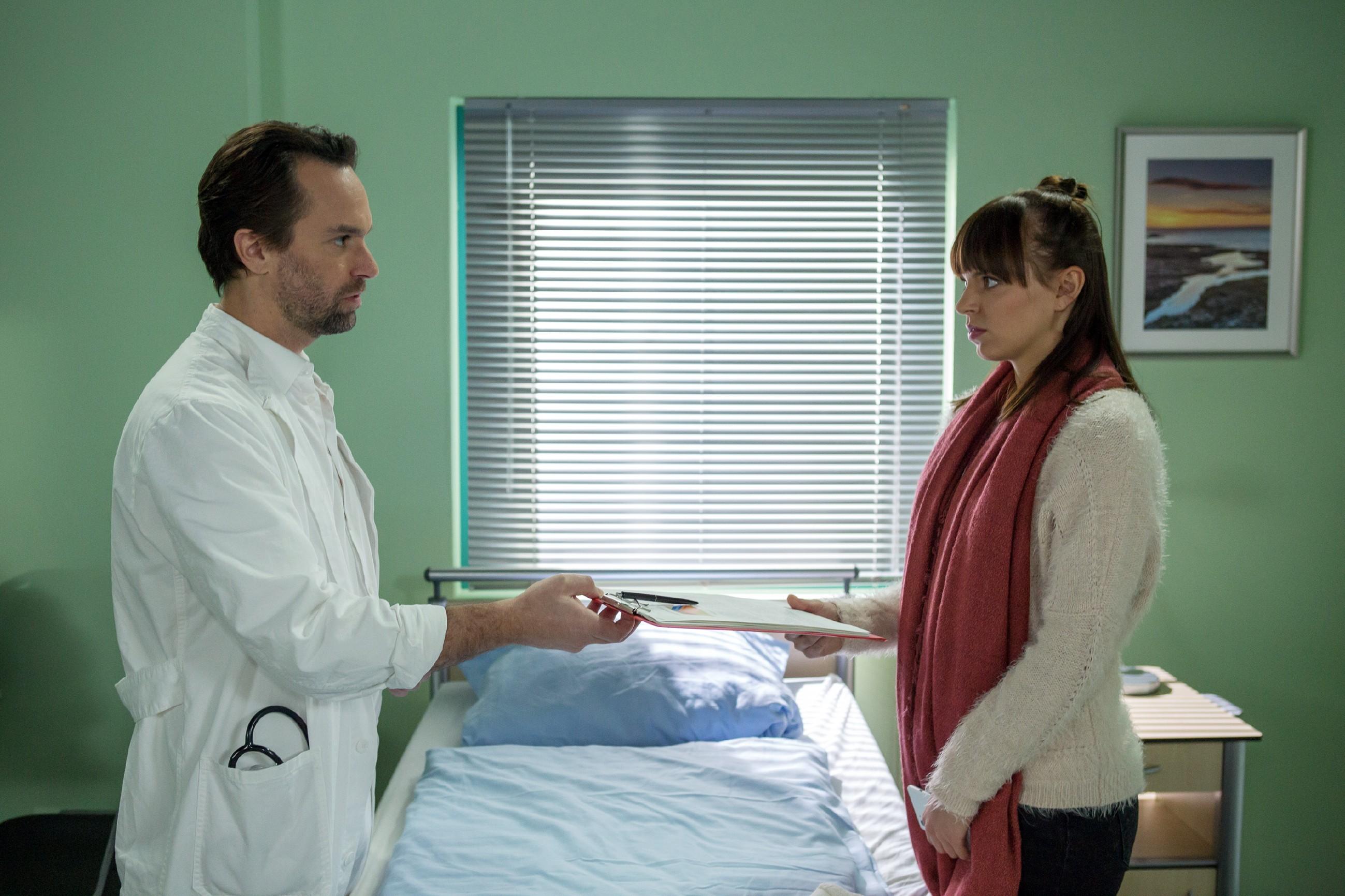 Als Thomas (Daniel Brockhaus) sie über die bevorstehende OP aufklärt, hält Michelle (Franziska Benz) trotz ihrer Ängste an ihrem Entschluss fest: Sie wird Vincent ihre Niere spenden. (Quelle: RTL / Michael Böhme)