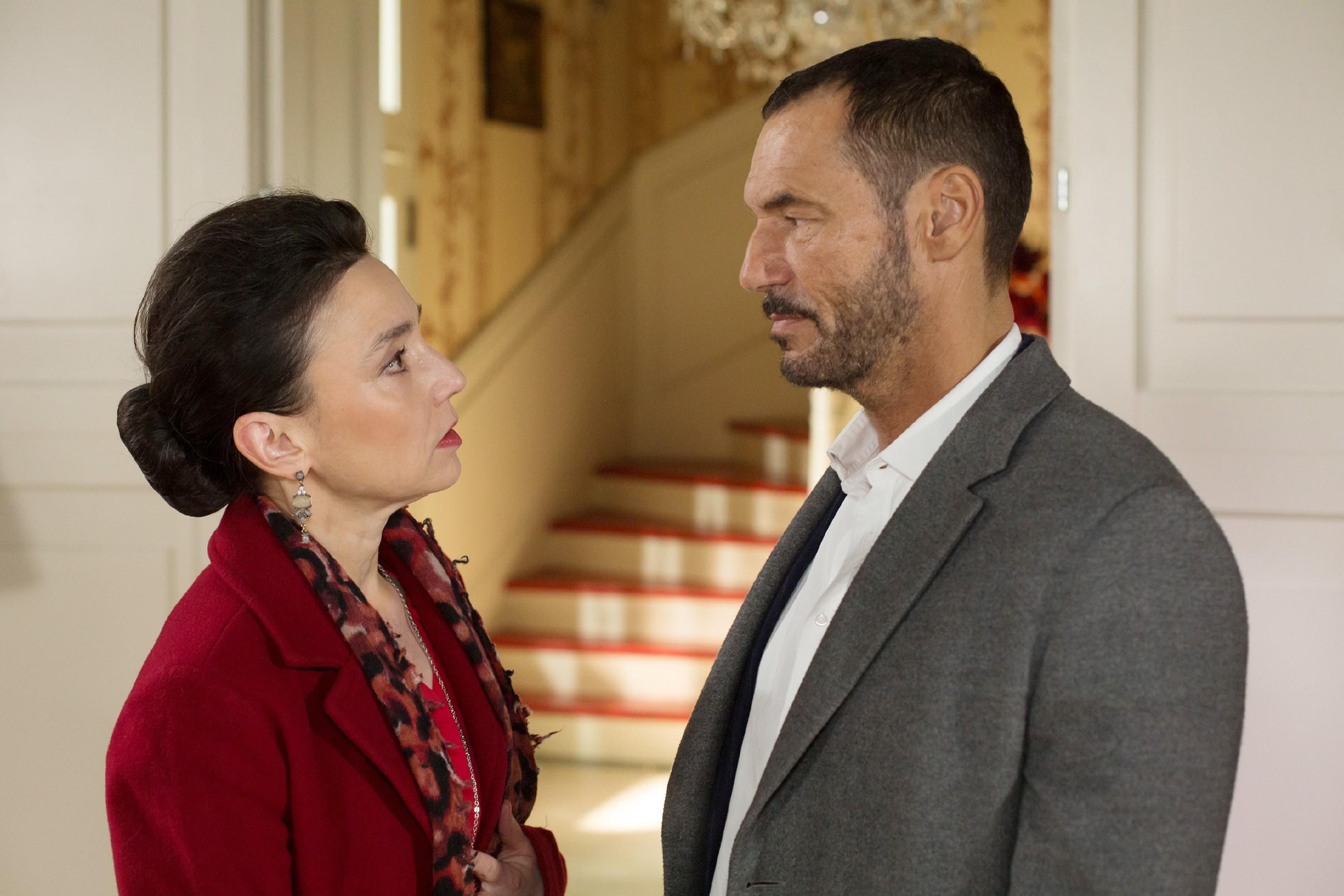 Als Simone (Tatjana Clasing) Richard (Sivian-Pierre Leirich) den Deal mit Vincent gesteht, ist Richard fassungslos und will diese hinterhältige Lüge nicht vor Michelle decken. (Quelle: RTL / Michael Böhme)