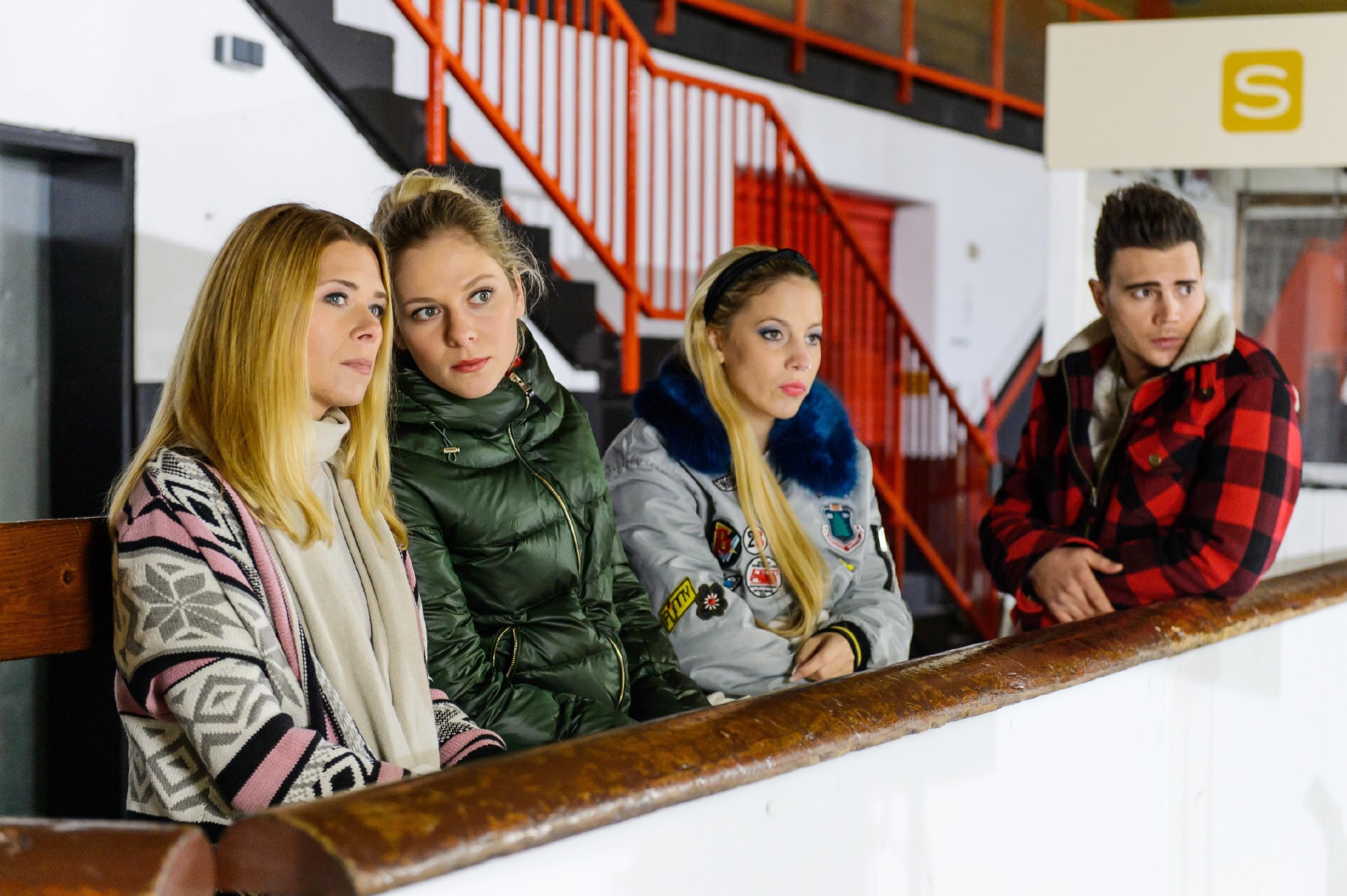 Diana (Tanja Szewczenko, l.), Marie (Cheyenne Pahde, 2.v.l.), Iva (Christina Klein) und Ronny (Bela Klentze) beobachten Michelle auf dem Eis und erkennen mitfühlend an, was für ein großes Opfer Michelle mit der Nierenspende auf sich nimmt. (Quelle: RTL / RTL / Willi Weber)
