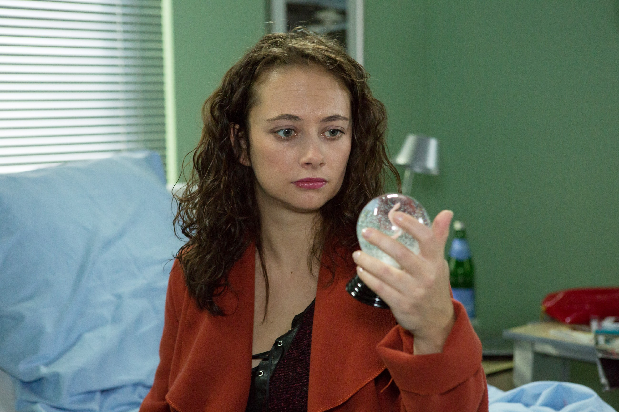 Carmen (Heike Warmuth) muss feststellen, dass sie zu spät ist: Michelle wird bereits auf ihre OP vorbereitet. (Quelle: RTL / Michael Böhme)