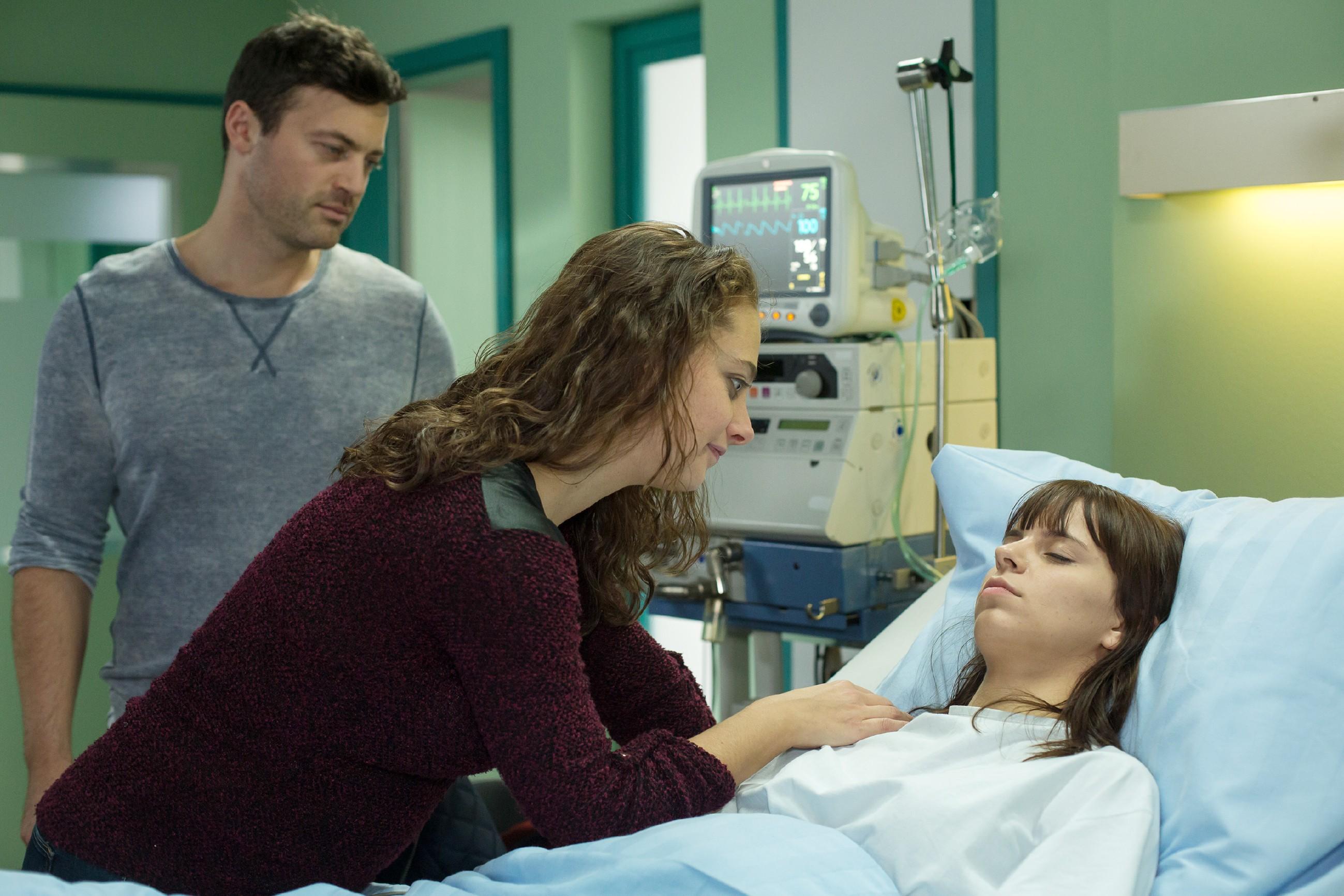 Ben (Jörg Rohde) begleitet Carmen (Heike Warmuth), als diese besorgt zu ihrer Tochter ans Krankenbett eilt. Doch Michelle (Franziska Benz) scheint die OP gut überstanden zu haben. (Quelle: RTL / Michael Böhme)