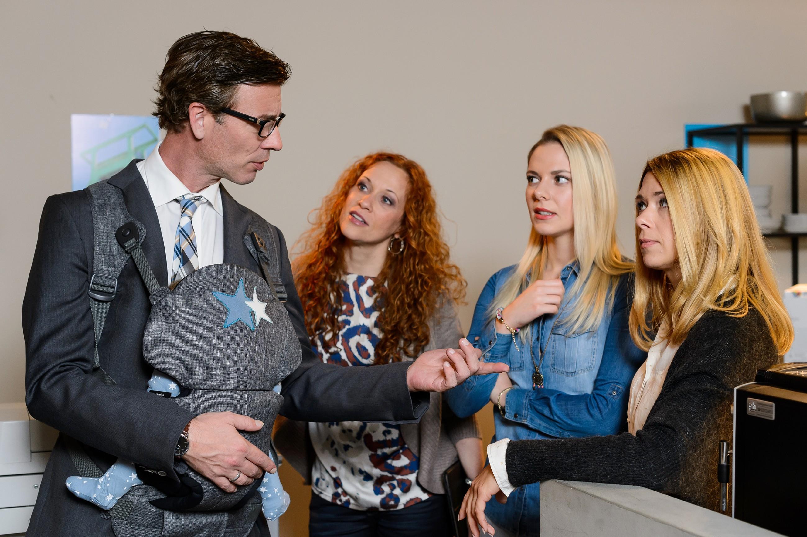 V.l.: Christoph (Lars Korten), Brigitte (Madlen Kaniuth), Marie (Cheyenne Pahde) und Diana (Tanja Szewczenko) besprechen die Änderungen für das Charity-Eis-Event, die durch Michelles gesundheitlichen Zustand entstanden sind. (Quelle: RTL / RTL / Willi Weber)