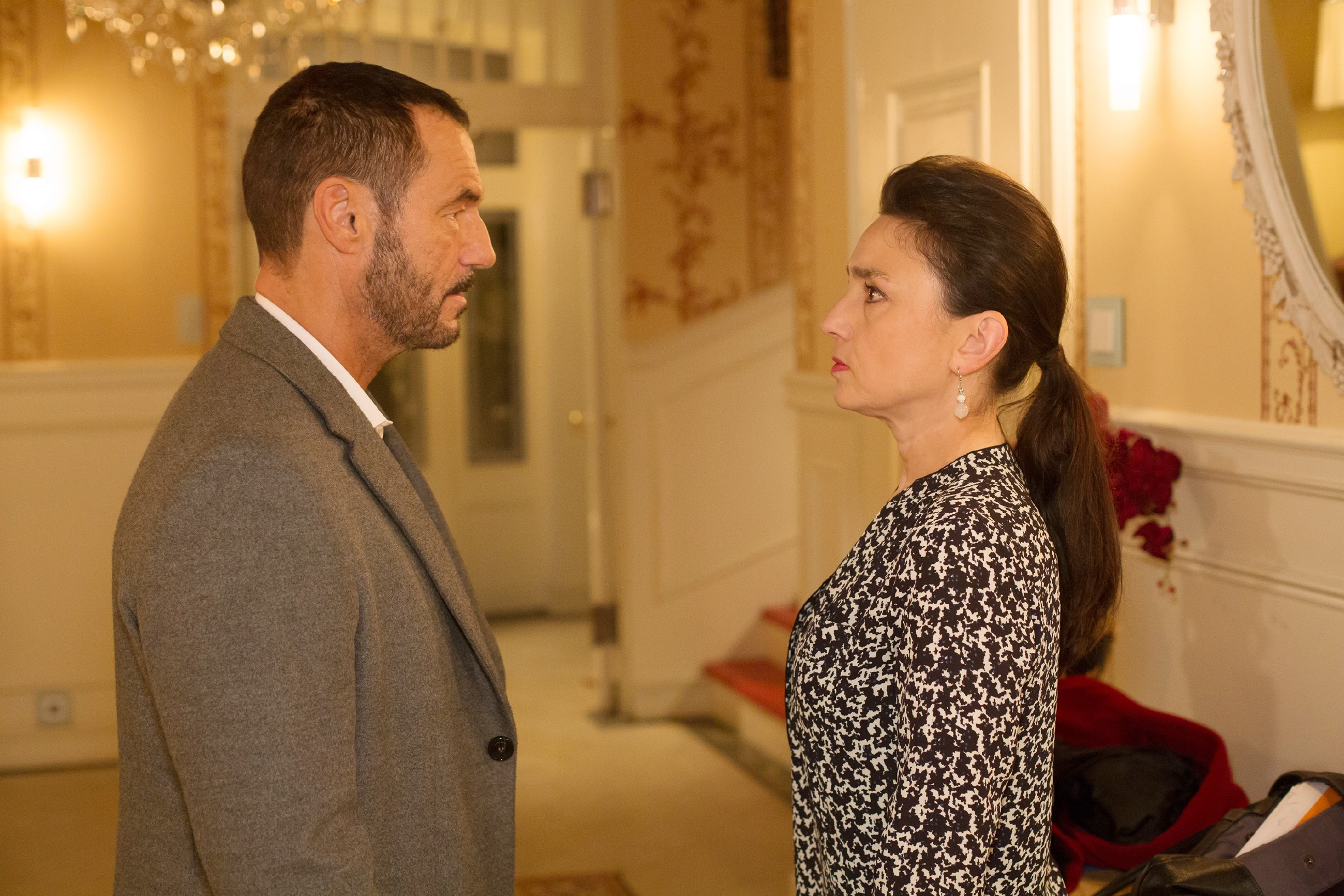 Richard (Sivian-Pierre Leirich) wirft Simone (Tatjana Clasing) ihre vermeintliche Kälte vor. (Quelle: RTL / Michael Böhme)