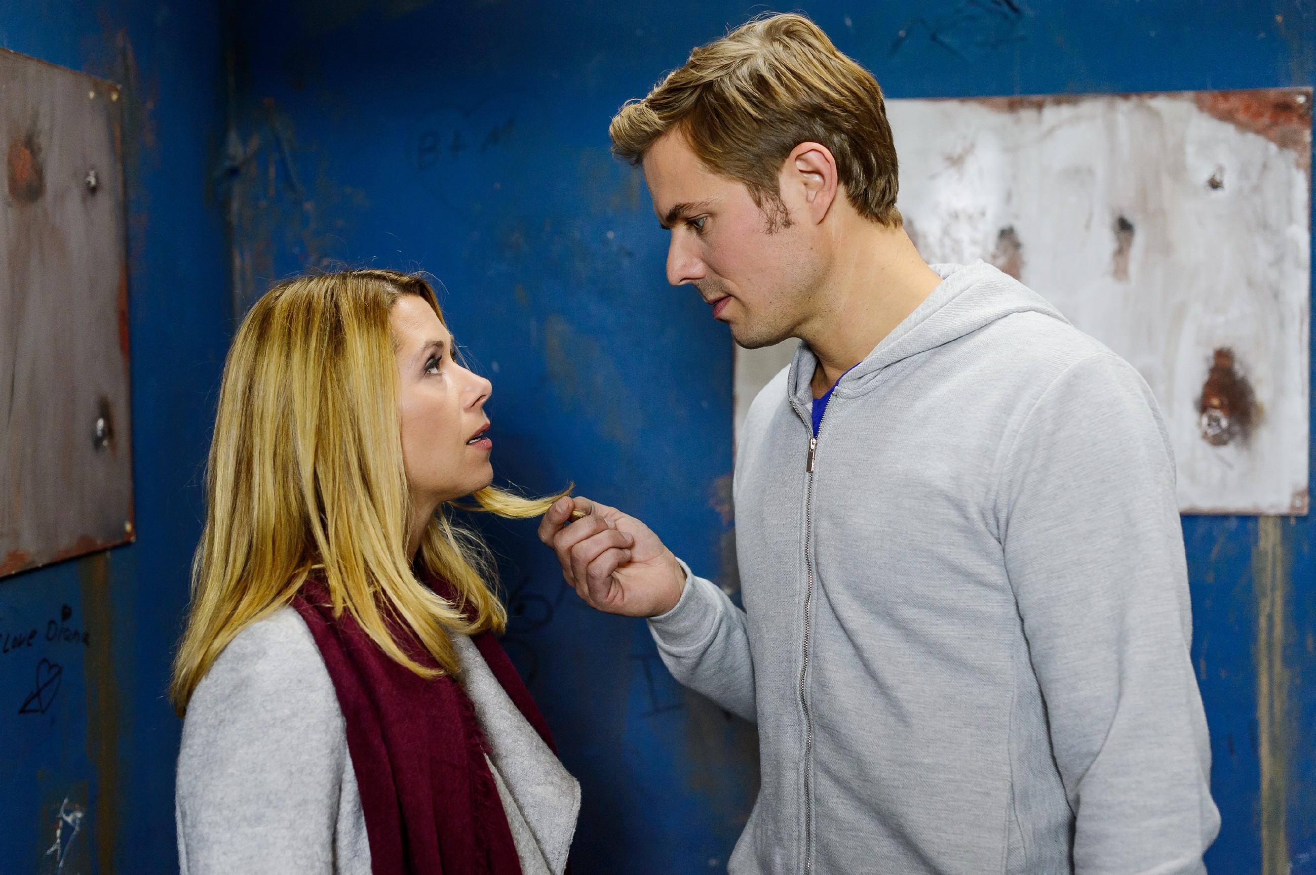 Brandon (Rhon Diels) unterstellt Diana (Tanja Szewczenko), dass sie immer noch persönliches Interesse an ihm hat. (Quelle: RTL / RTL / Willi Weber)