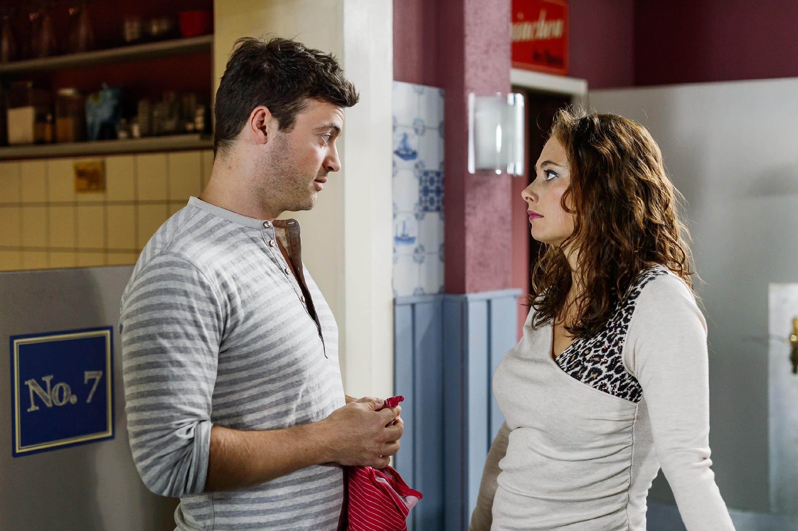 Carmen (Heike Warmuth) erzählt Ben (Jörg Rohde) von ihren Zweifeln, ob sie Michelle zuliebe auf Vincent zugehen kann. (Quelle: RTL / RTL / Willi Weber)