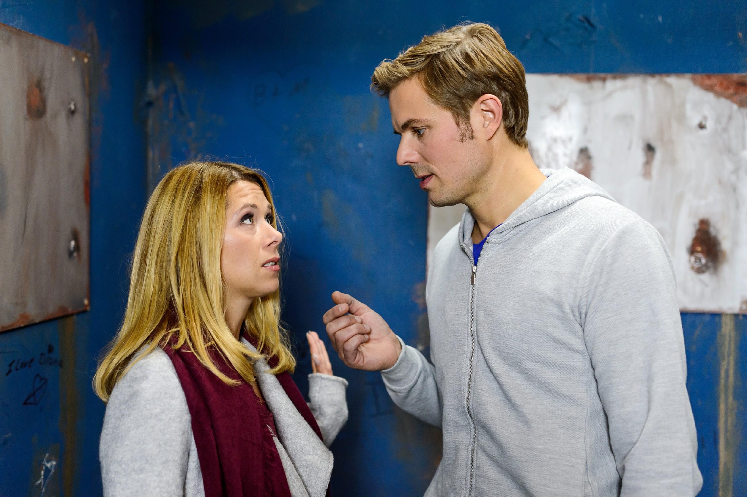 Diana (Tanja Szewczenko) versucht ihrem Ex Brandon (Rhon Diels) klarzumachen, dass sie kein persönliches Interesse mehr an ihm hat. (Quelle: RTL / RTL / Willi Weber)