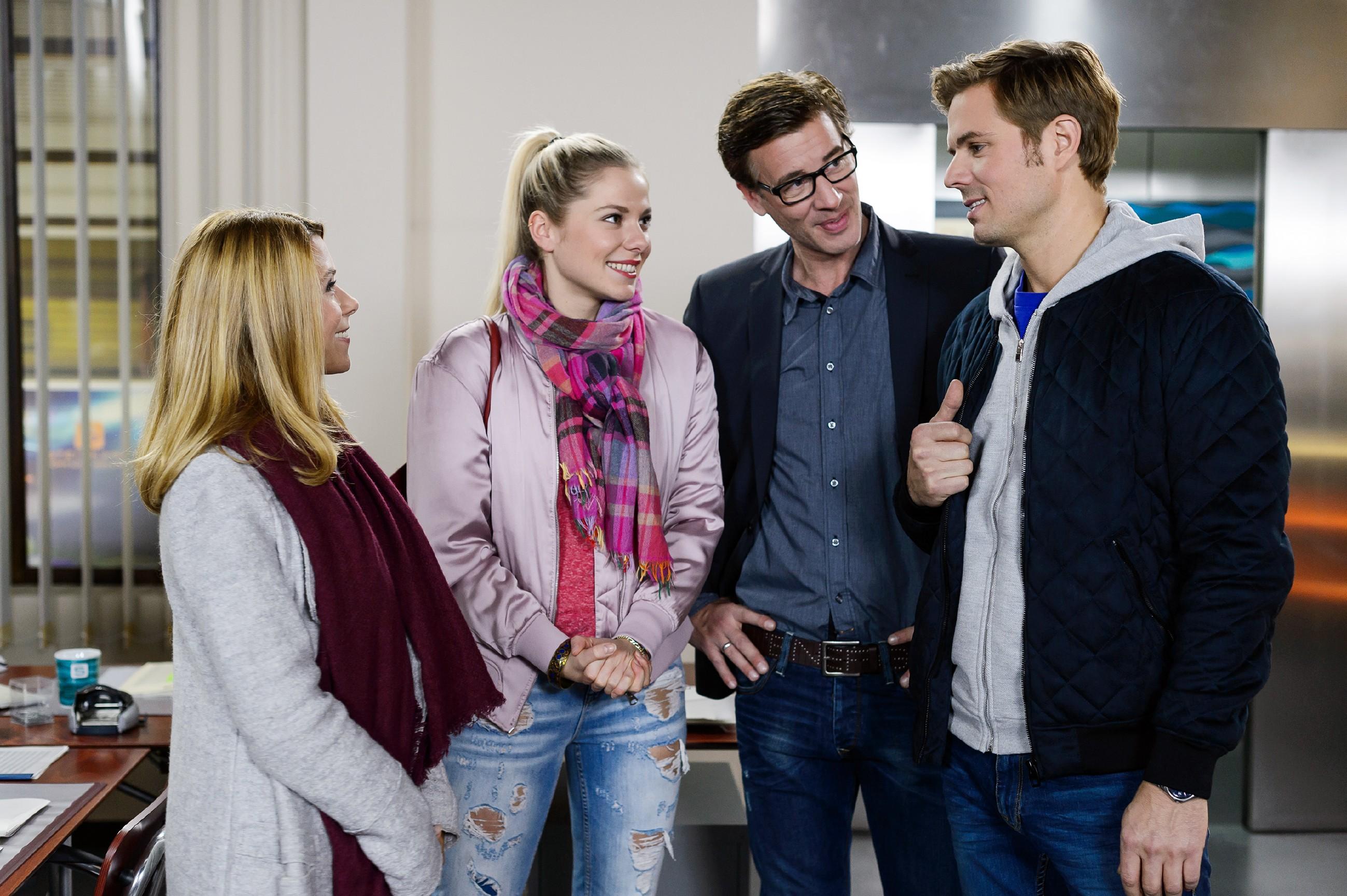 Als Christoph (Lars Korten, 2.v.r.) sich im Zentrum in ein Gespräch mit Diana (Tanja Szewczenko, l.), Marie (Cheyenne Pahde) und Brandon (Rhon Diels) verwickeln lässt, vergisst er tatsächlich sein Baby Henry, den er neben dem Kopierer geparkt hat. (Quelle: RTL / RTL / Willi Weber)