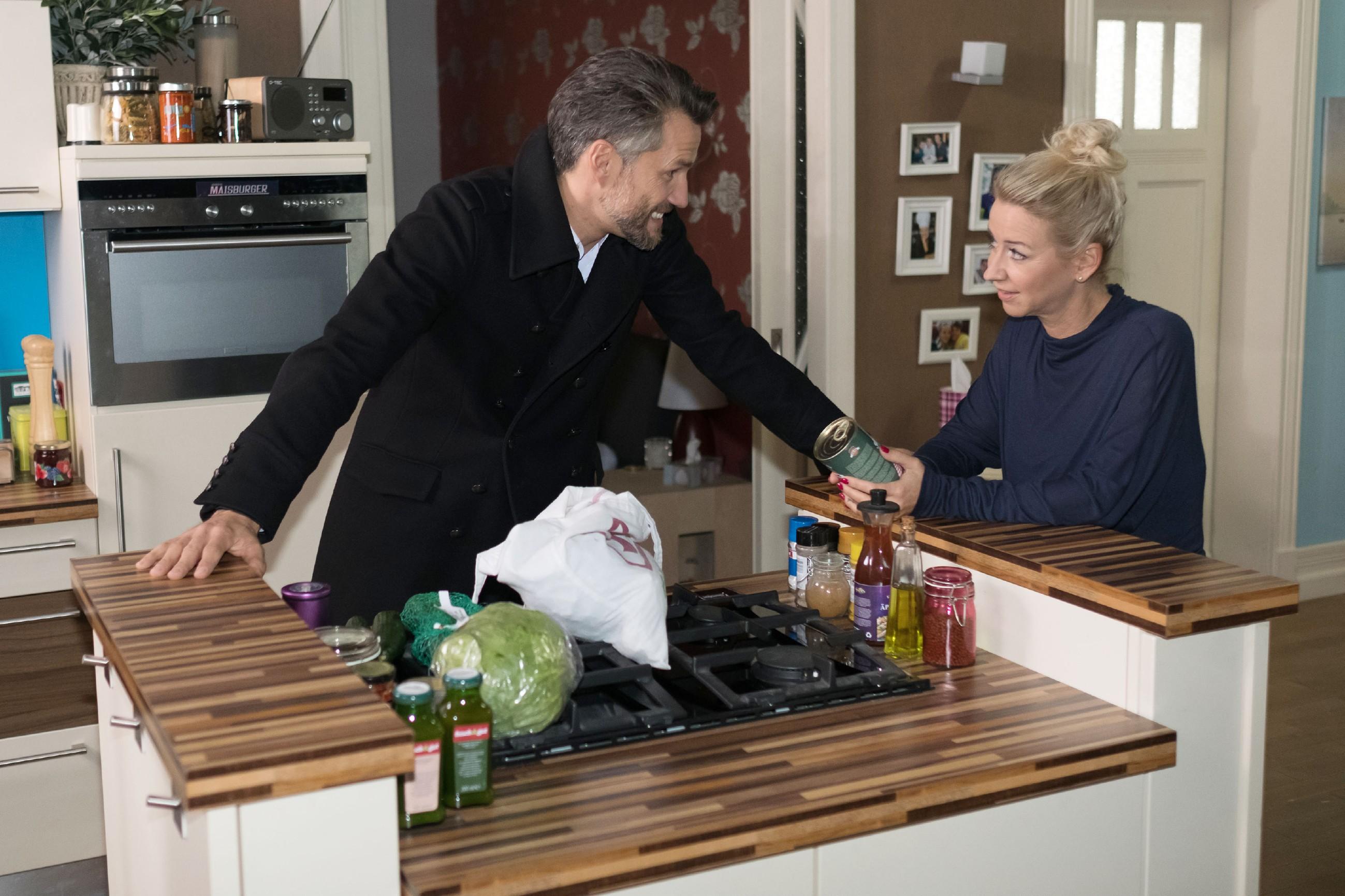 Malte (Stefan Bockelmann) kümmert sich als guter Freund fürsorglich um Ute (Isabell Hertel). (Quelle: RTL / Stefan Behrens)