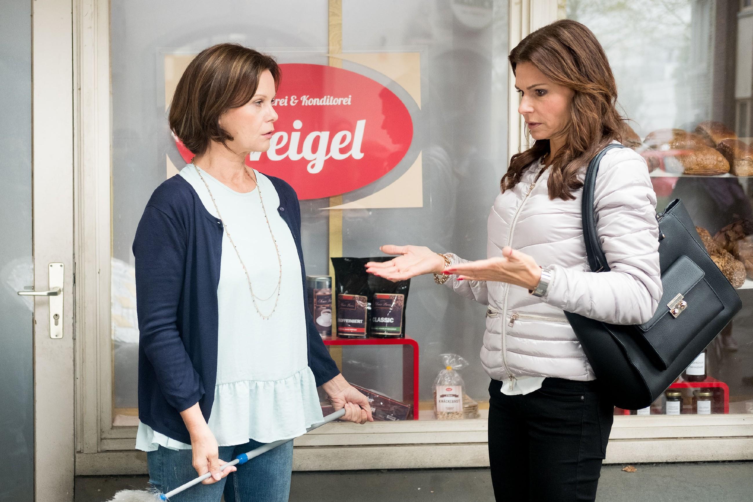Britta (Tabea Heynig) alarmiert Irene (Petra Blossey) wegen des angeblichen Ungezieferbefalls. (Quelle: RTL / Stefan Behrens)
