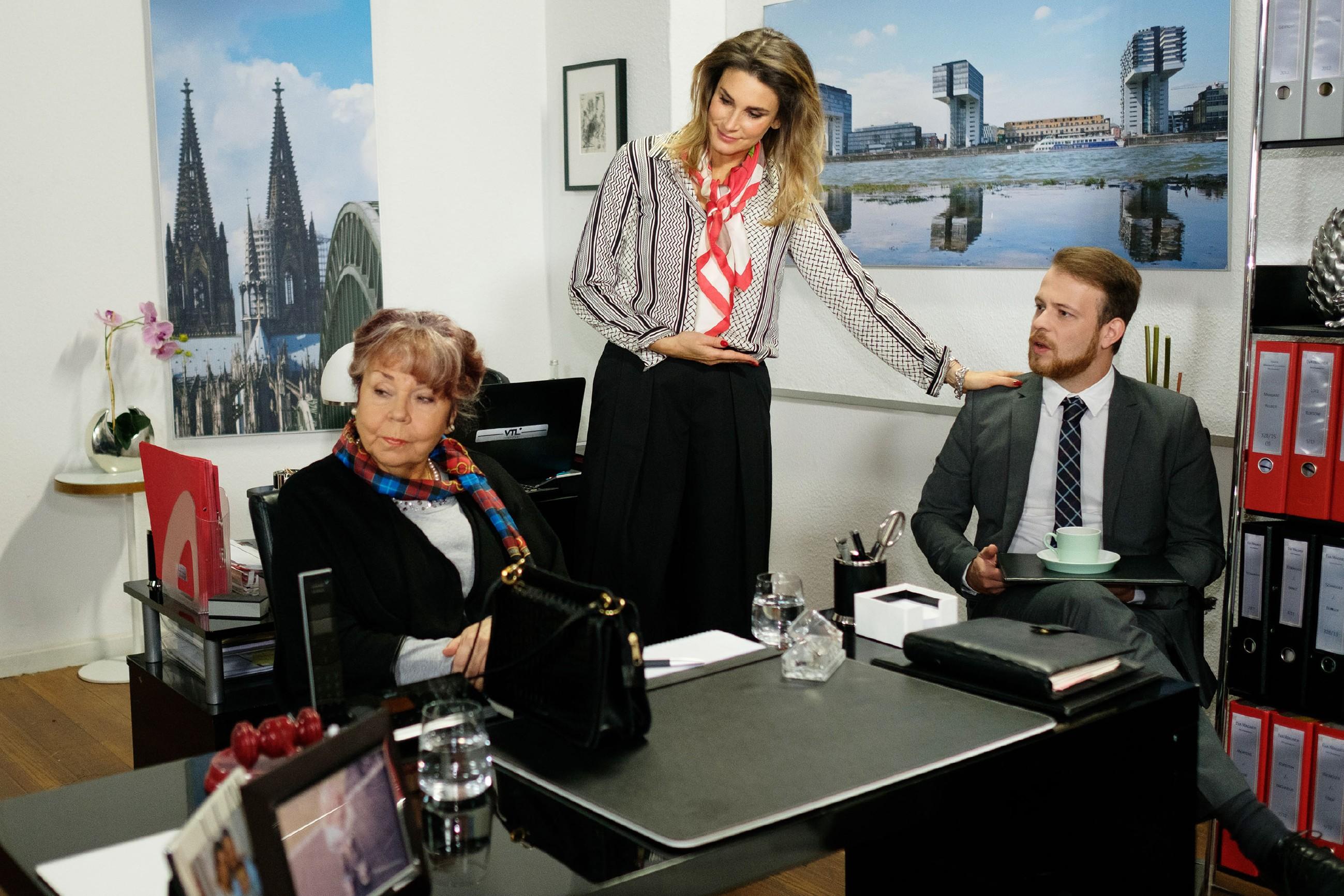 Tobias (Patrick Müller) bekommt im Beisein von Eva (Claudelle Deckert, M.) das Temperament seiner neuen Mandantin Roswitha (Andrea Brix) zu spüren. (Quelle: RTL / Stefan Behrens)