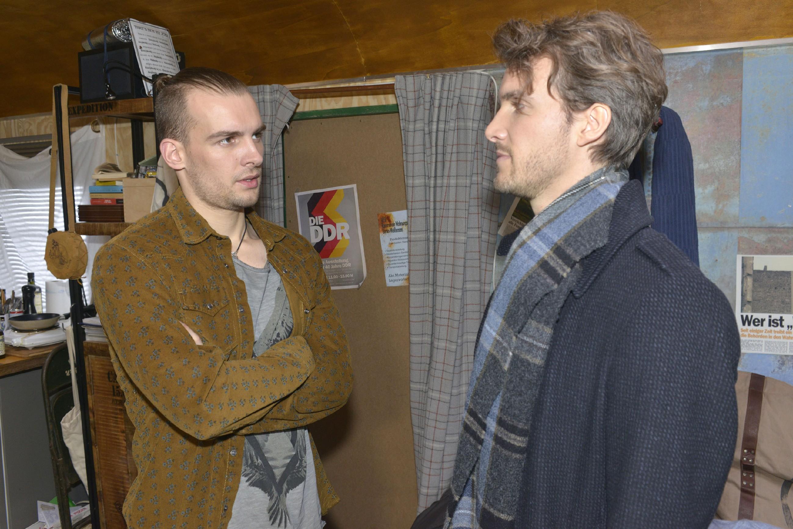 Felix (Thaddäus Meilinger, r.) versucht Chris (Eric Stehfest) zu provozieren, indem er ihm sein Glück mit Sunny unter die Nase reibt... (Quelle: RTL / Rolf Baumgartner)