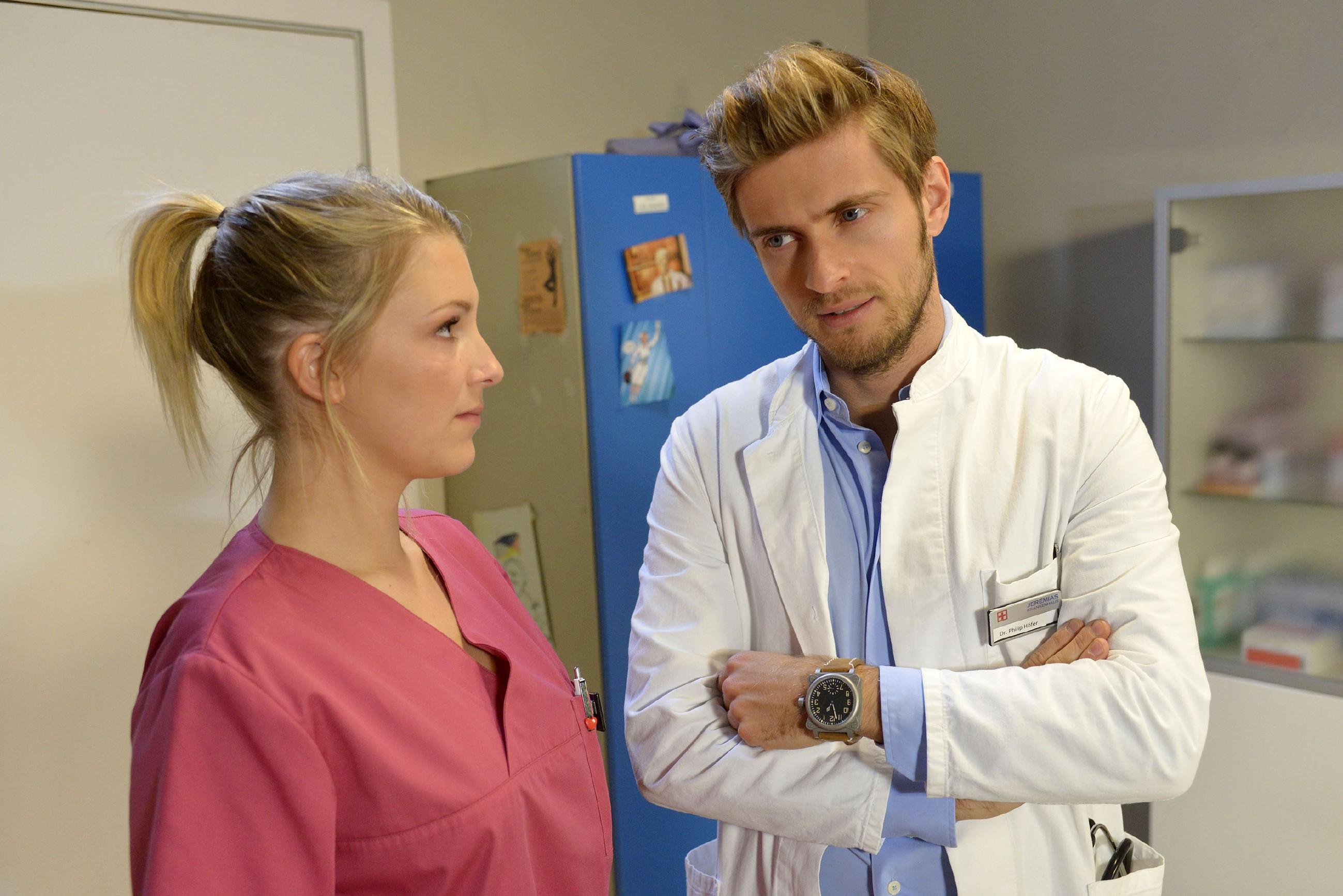 Philip (Jörn Schlönvoigt) kann Lilly (Iris Mareike Steen) die Sorge nehmen, eine Mitschuld an Tills Krankheitsschub zu tragen. (Quelle: RTL / Rolf Baumgartner)