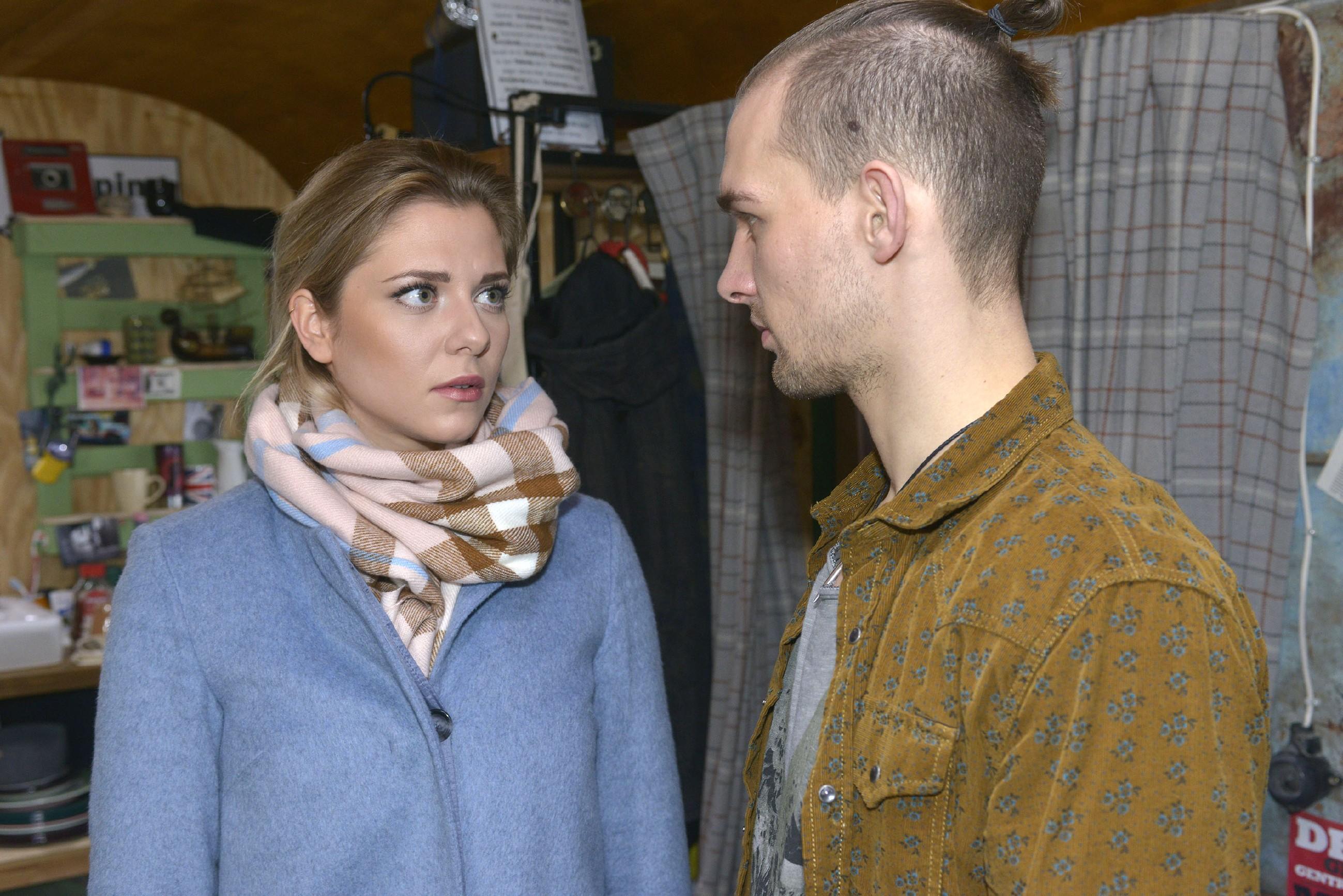 Um sich Gewissheit zu verschaffen, fragt Sunny (Valentina Pahde) Chris (Eric Stehfest) offen ins Gesicht, ob er sich in sie verliebt hat... (Quelle: RTL / Rolf Baumgartner)