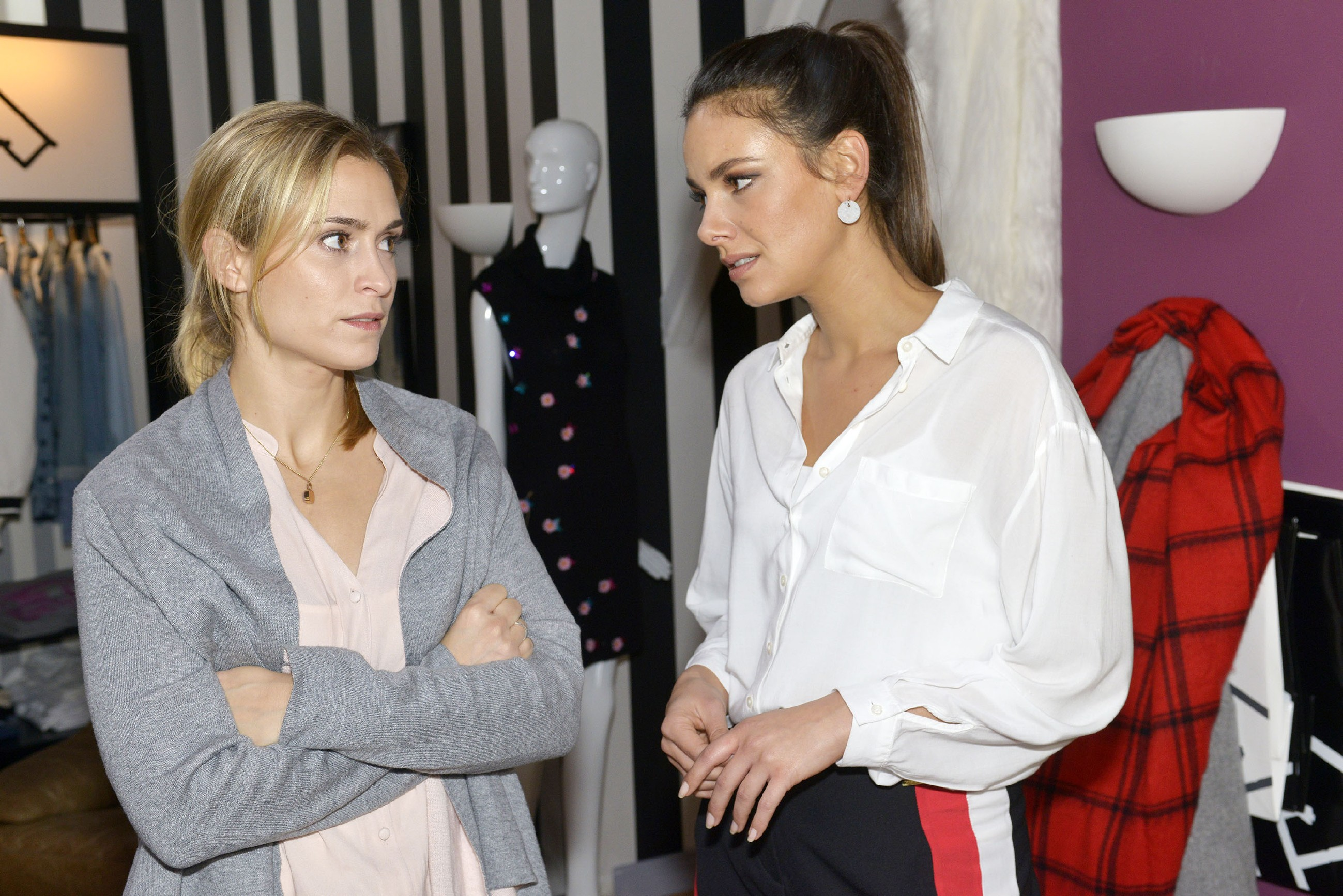 Jasmin (Janina Uhse, r.) kann nicht glauben, dass Leon sich von Sophie (Lea Marlen Woitack) getrennt hat. (Quelle: RTL / Rolf Baumgartner)