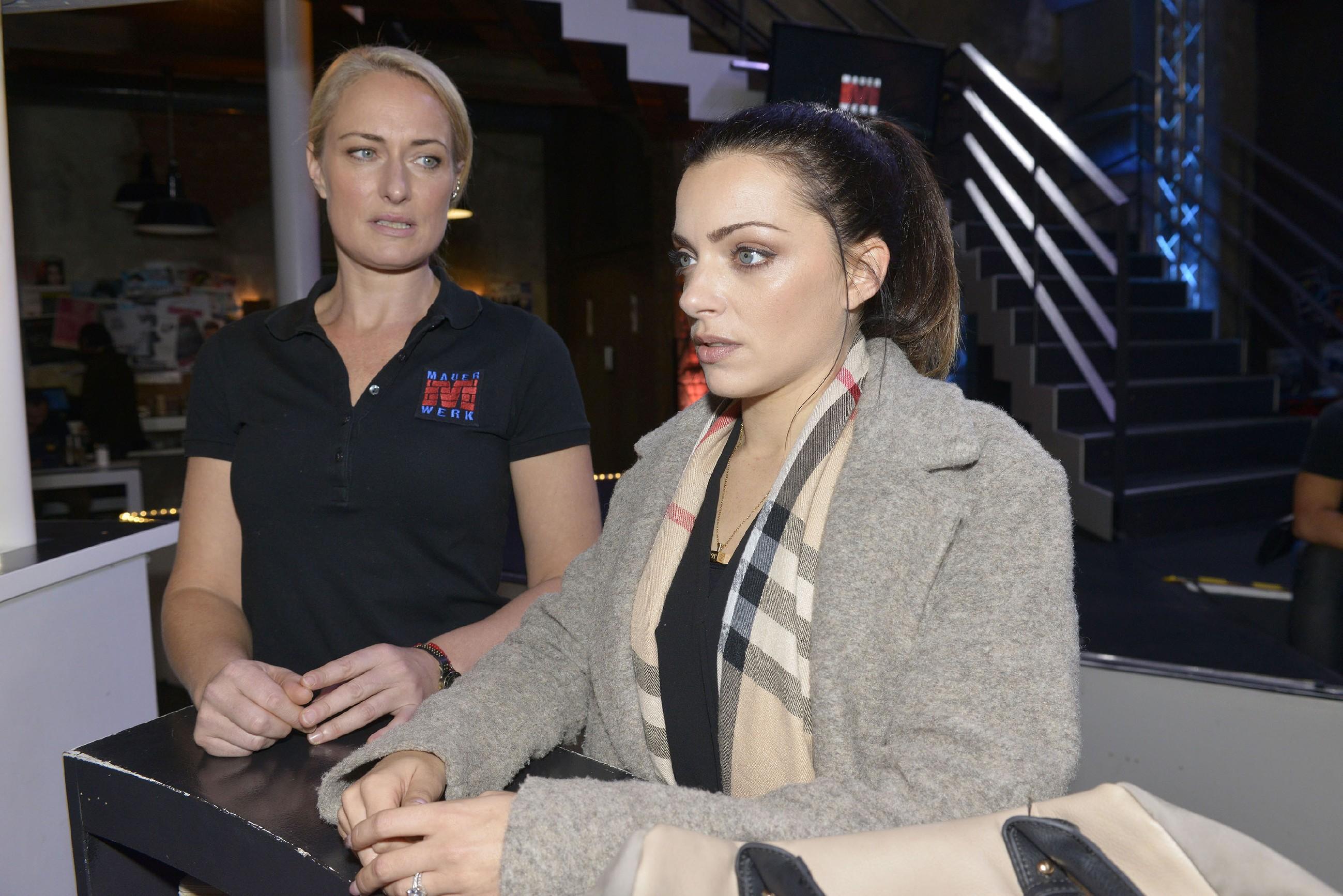 Emily (Anne Menden, r.) spricht mit Maren (Eva Mona Rodekirchen) über Leon und Sophie und findet, dass Leon es sich mit der Trennung von Sophie ziemlich einfach macht. (Quelle: RTL / Rolf Baumgartner)
