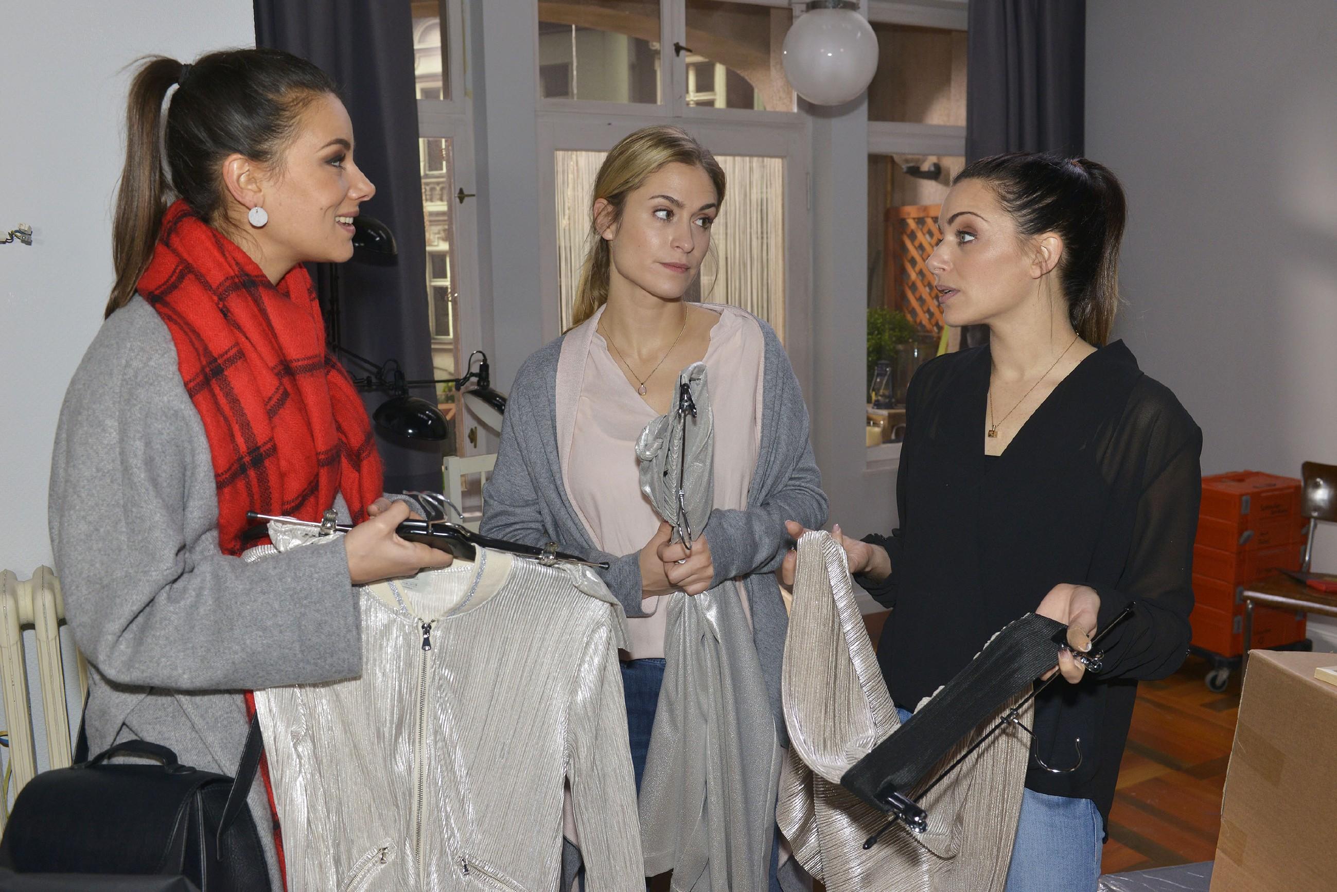 Sophie (Lea Marlen Woitack, M.) ist froh, dass sie von Jasmin (Janina Uhse, l.) und Emily (Anne Menden) von ihrem Kummer mit Leon abgelenkt wird. (Quelle: RTL / Rolf Baumgartner)