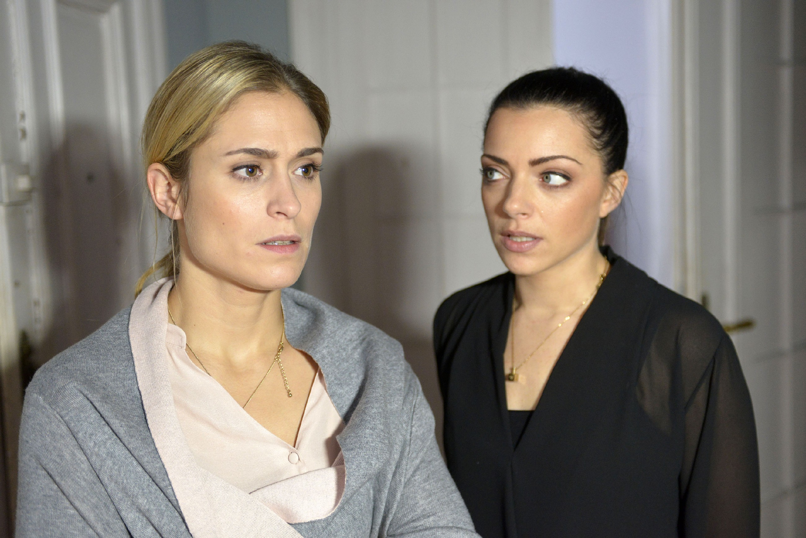 Sophie (Lea Marlen Woitack, l.) gibt vor Emily (Anne Menden) zu, dass sie Leon sehr vermisst. (Quelle: RTL / Rolf Baumgartner)