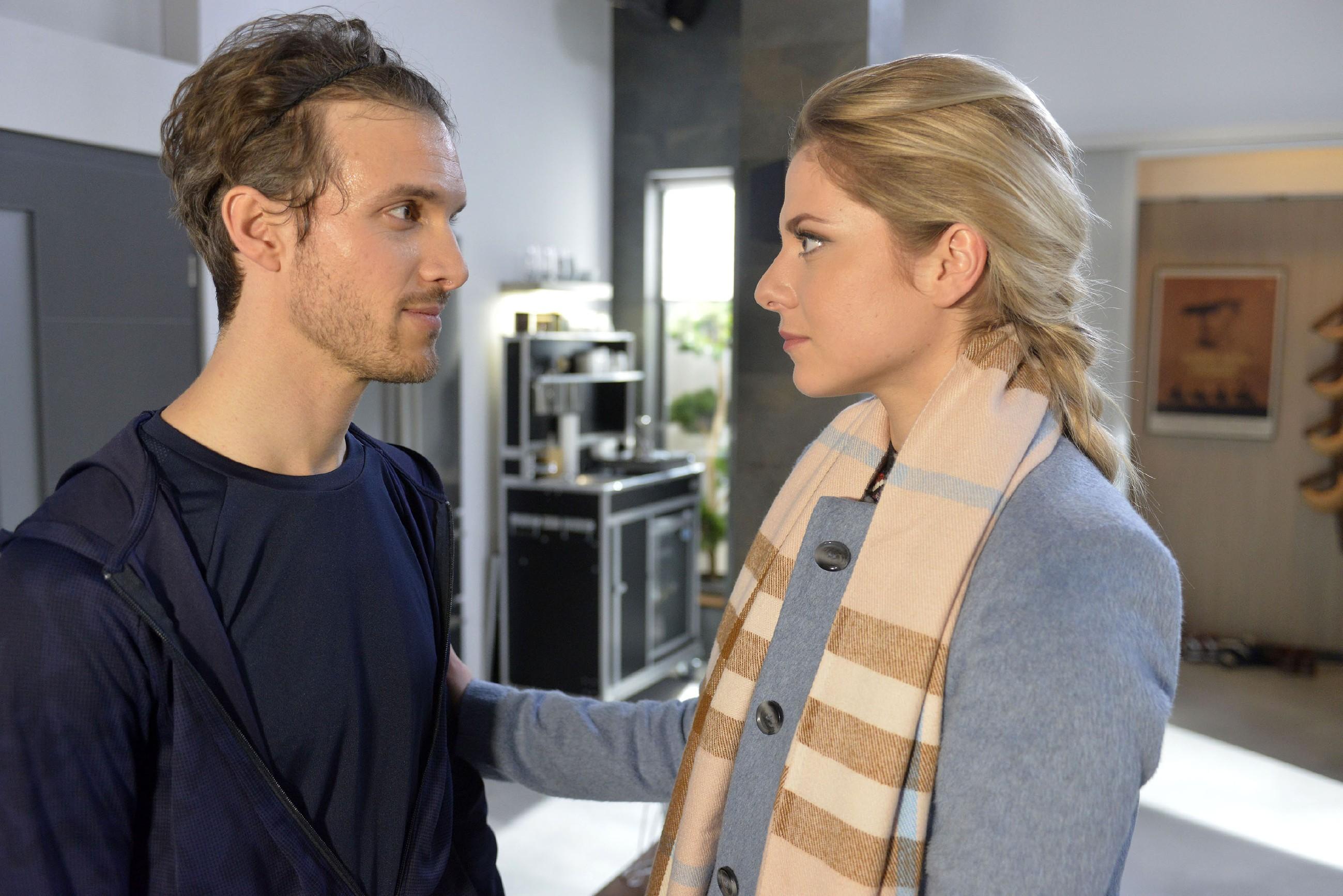 Sunny (Valentina Pahde) hat beschlossen, auf Abstand zu Chris zu gehen, und will sich auf ihre Zukunft mit Felix (Thaddäus Meilinger) konzentrieren. (Quelle: RTL / Rolf Baumgartner)