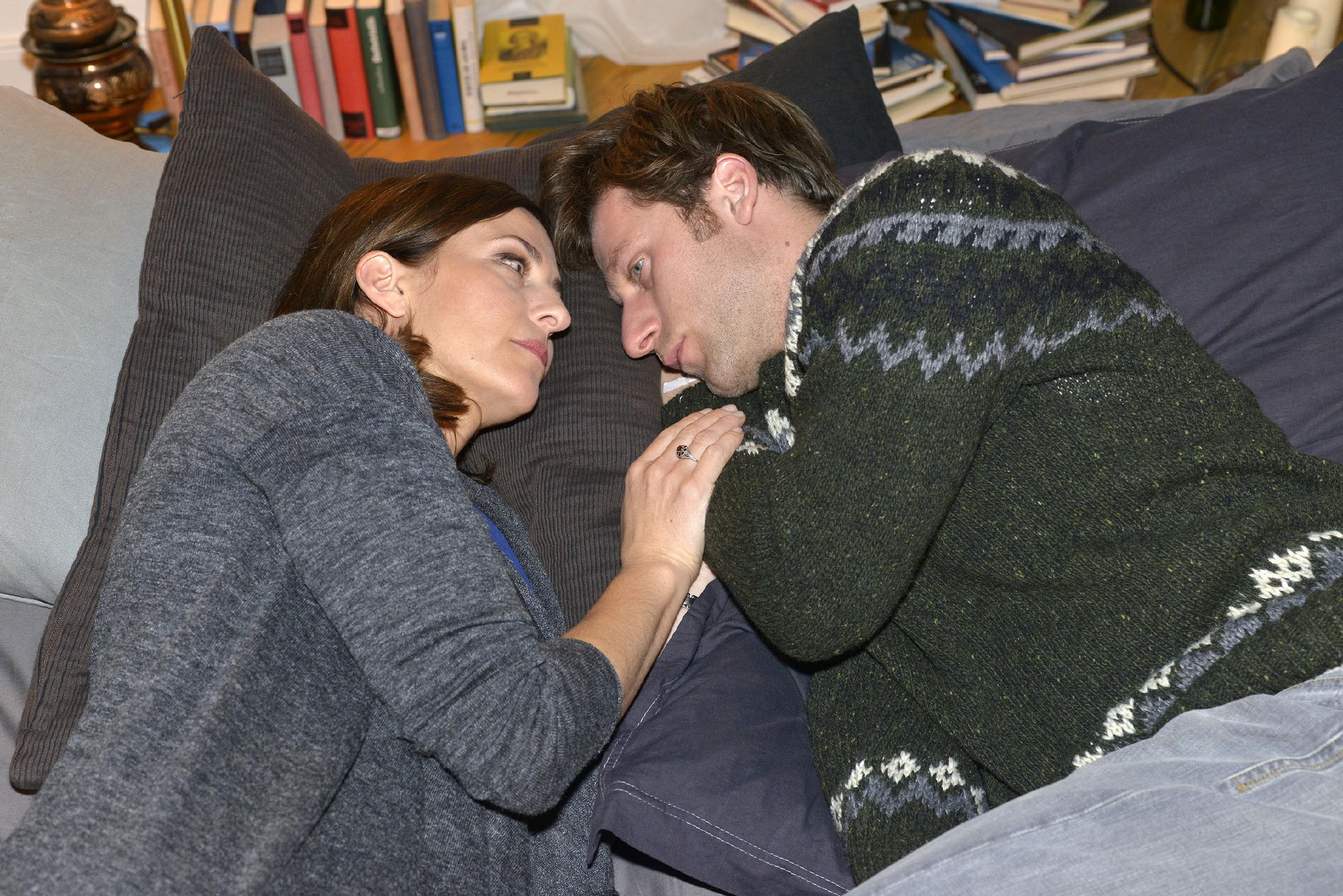 Till (Merlin Leonhardt) ist froh, dass Katrin (Ulrike Frank) seine Entscheidung akzeptiert und einfach für ihn da ist. (Quelle: RTL / Rolf Baumgartner)