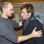 Till (Merlin Leonhardt, r.) bittet Chris (Eric Stehfest) um Unterstützung bei seiner schwerwiegenden Entscheidung. (Quelle: RTL / Rolf Baumgartner)