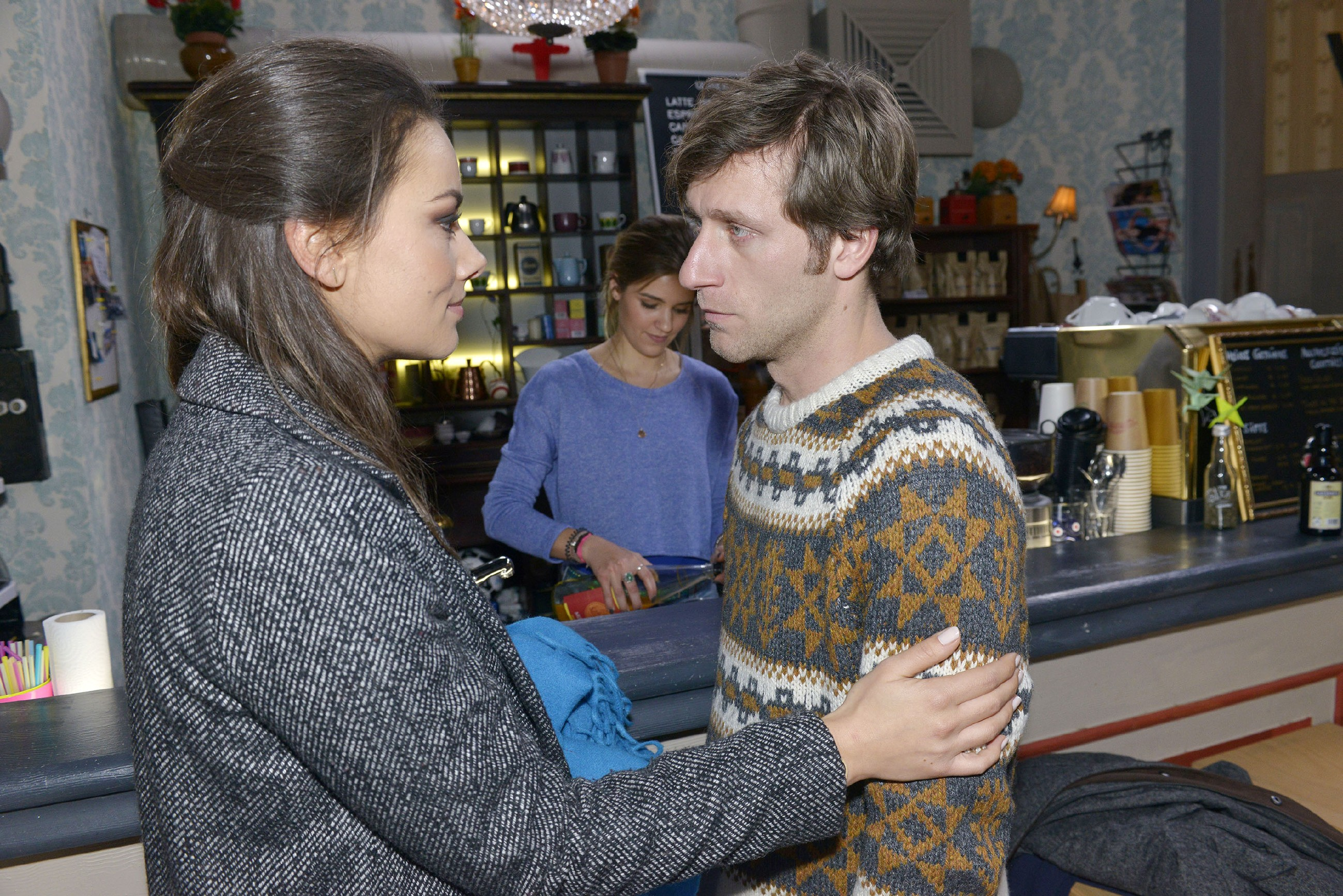 Jasmin (Janina Uhse) wünscht Till (Merlin Leonhardt) eine gute Reise an die Nordsee. (Quelle: RTL / Rolf Baumgartner)