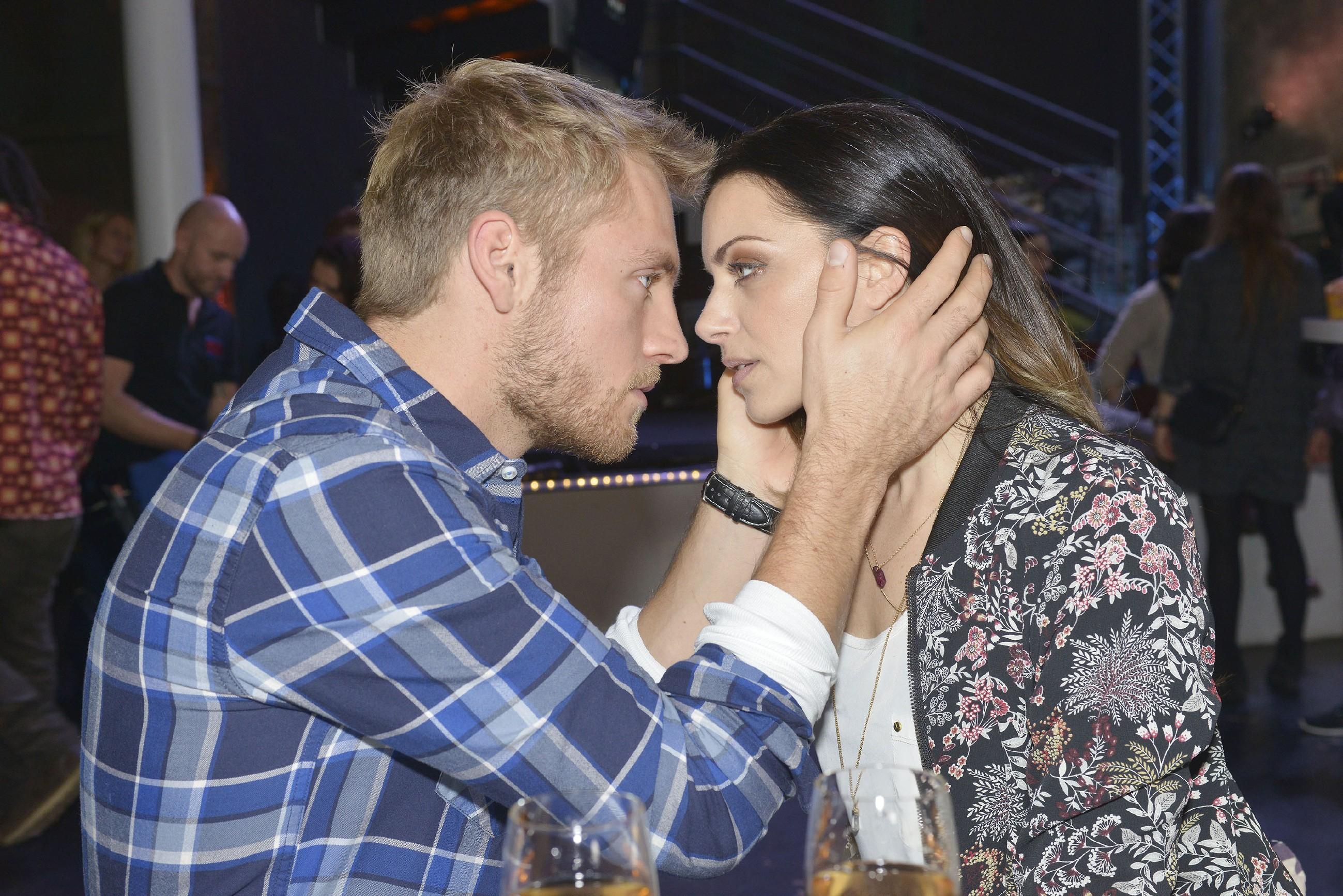 Um Eva endgültig aus der Reserve zu locken, verlangt Emily (Anne Menden), dass Paul (Niklas Osterloh) sie küsst - und auf einmal ist alles um sie herum vergessen und die beiden erleben einen magischen Moment... (Quelle: RTL / Rolf Baumgartner)