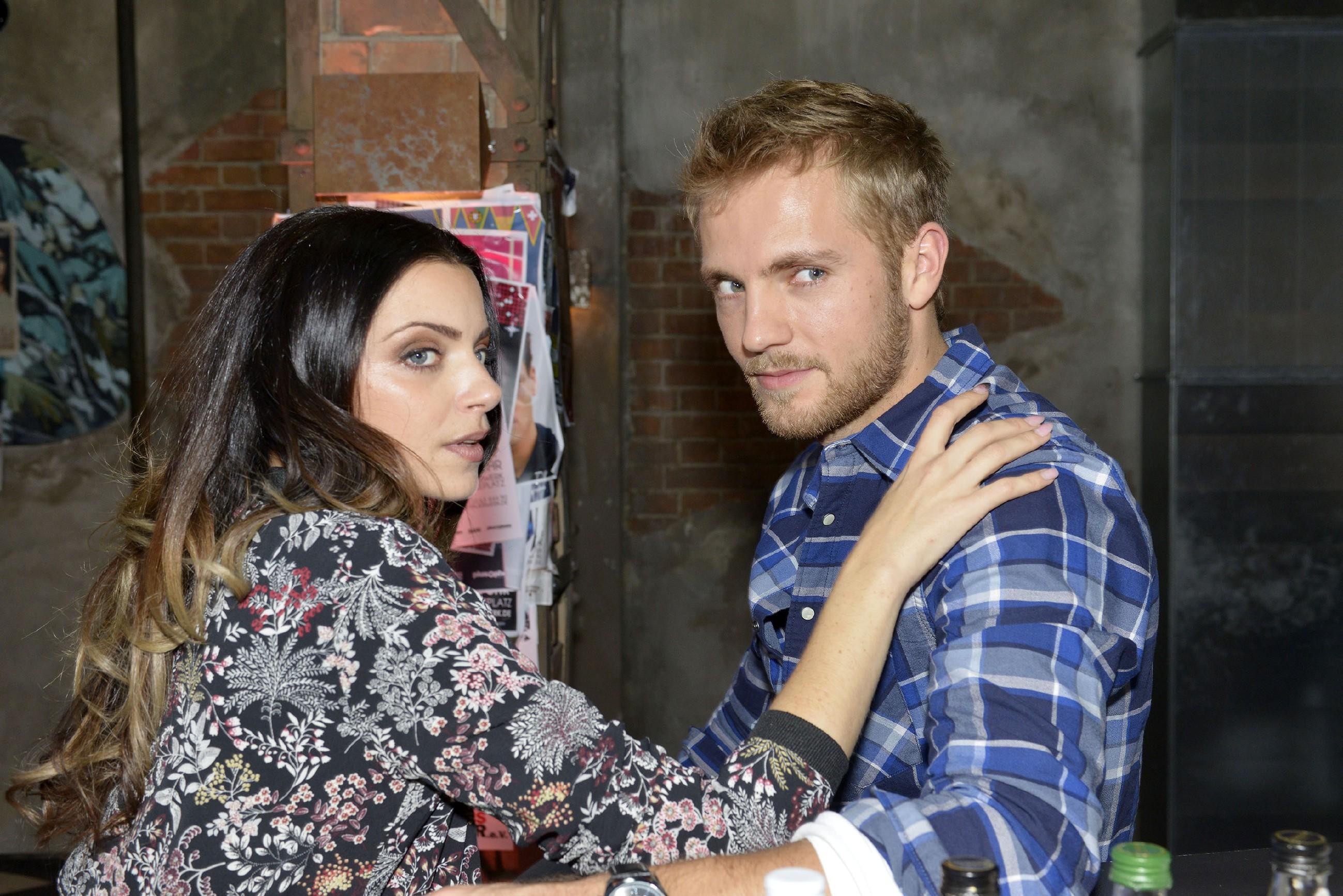 Emily (Anne Menden) und Paul (Niklas Osterloh) wollen Pauls Ex-Freundin Eva eifersüchtig machen. (Quelle: RTL / Rolf Baumgartner)