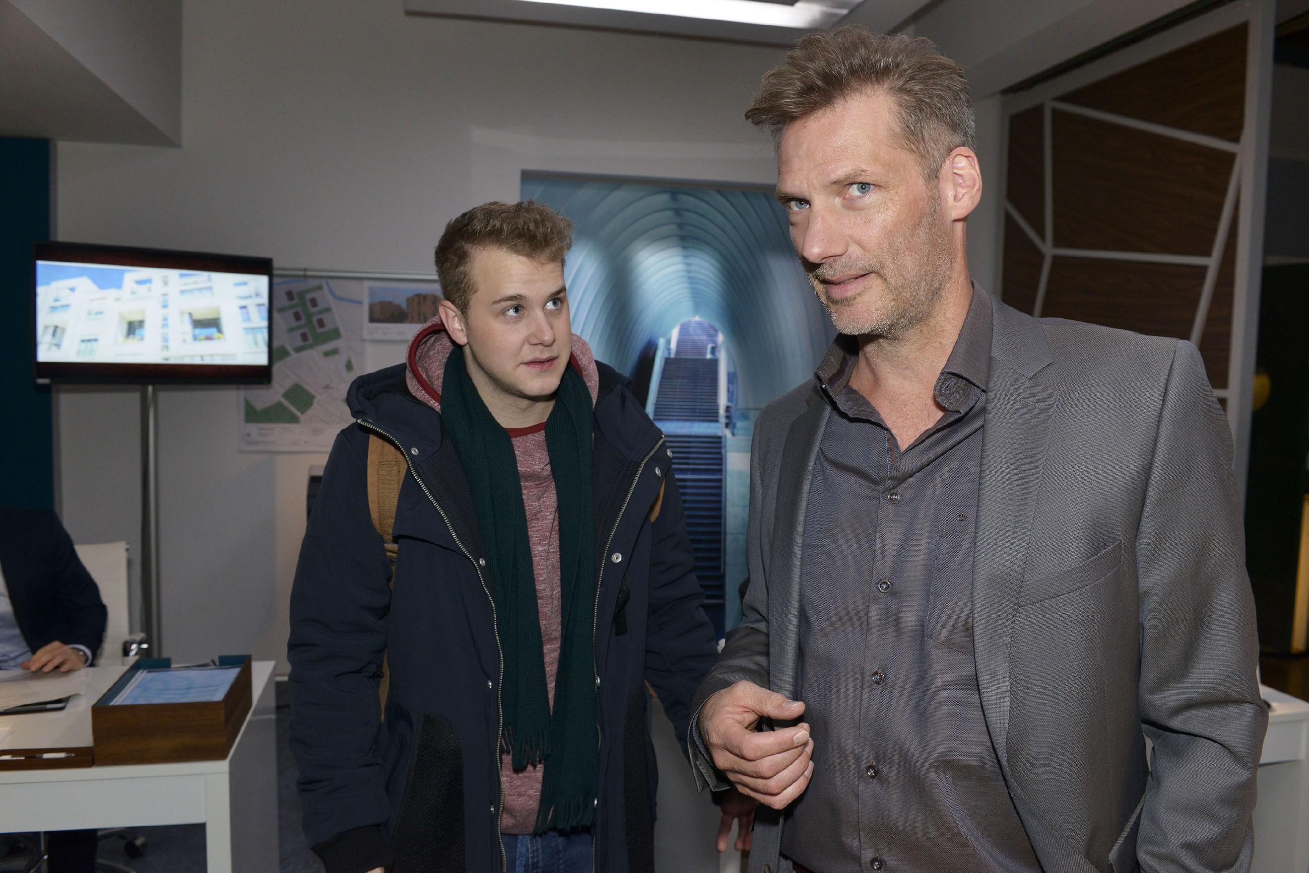 Alexander (Clemens Löhr, r.) versucht sich vor Jonas (Felix van Deventer) nicht anmerken zu lassen, dass er mit seinem Job unzufrieden ist. (Quelle: RTL / Rolf Baumgartner)