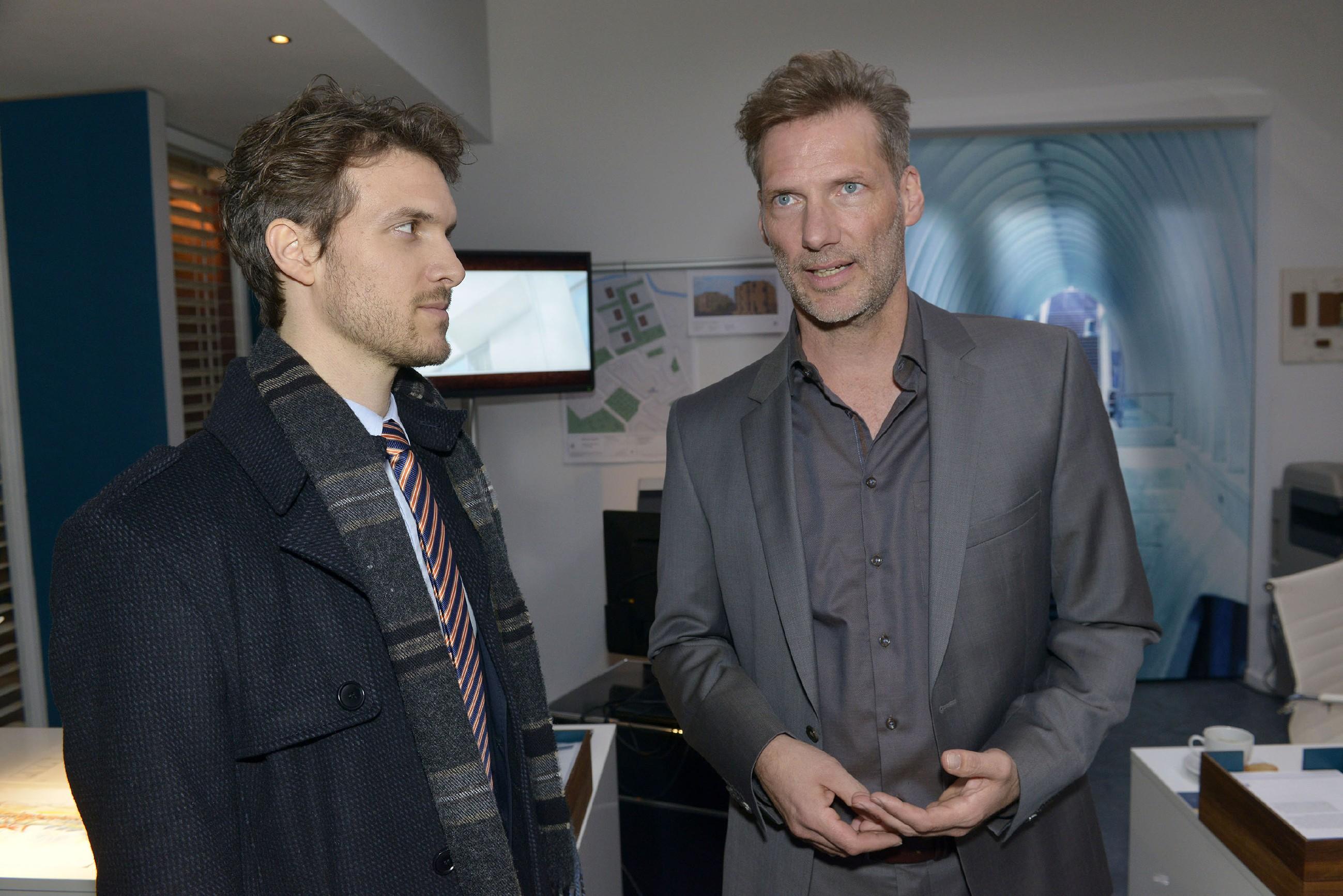 Als es zu einer Auseinandersetzung mit Felix (Thaddäus Meilinger, l.) kommt, an der Alexander (Clemens Löhr) nicht ganz unschuldig ist, wirft dieser das Handtuch... (Quelle: RTL / Rolf Baumgartner)