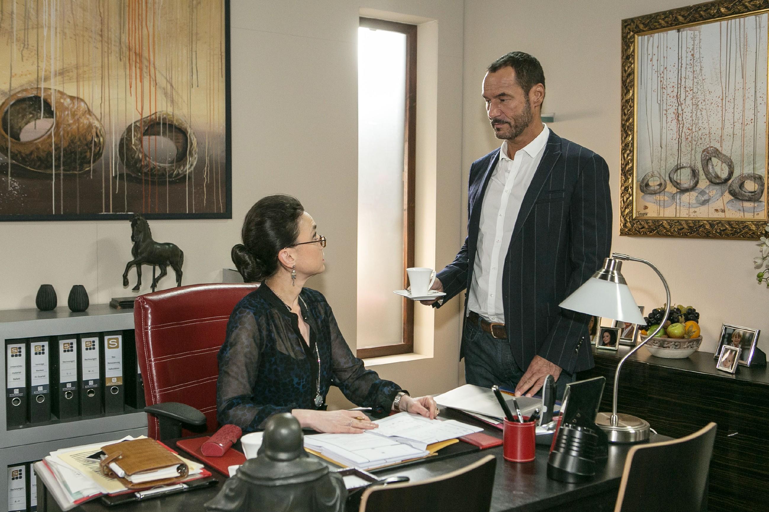 Simone (Tatjana Clasing) und Richard (Silvan-Pierre Leirich) befürchten den nächsten Angriff von Jenny und Richard beschließt, Jenny mithilfe der guten alten Umarmungsstrategie einzufangen. (Quelle: RTL / Kai Schulz)
