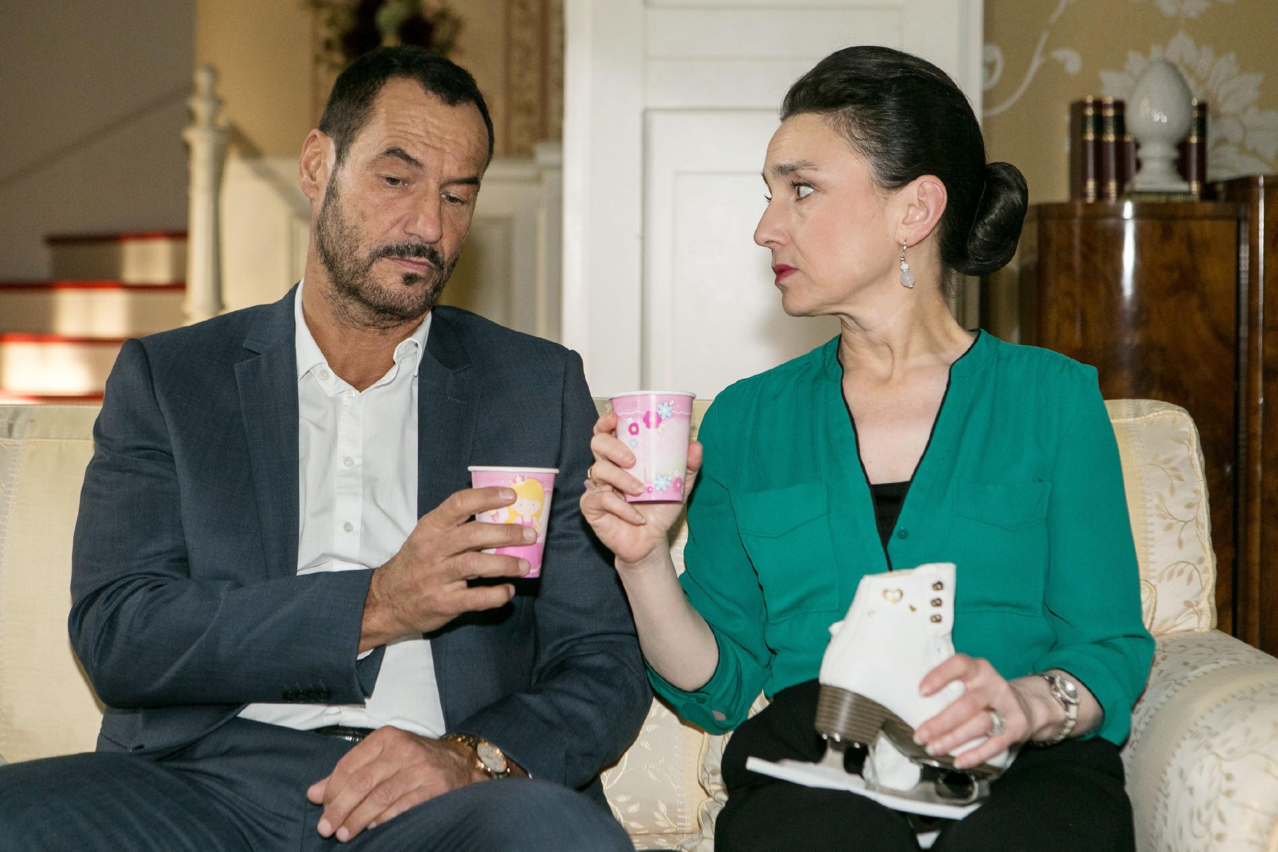 In wehmütiger Stimmung schöpfen Richard (Silvan-Pierre Leirich) und Simone (Tatjana Clasing) Hoffnung, dass die Familie vielleicht doch wieder zueinander findet. (Quelle: RTL / Kai Schulz)