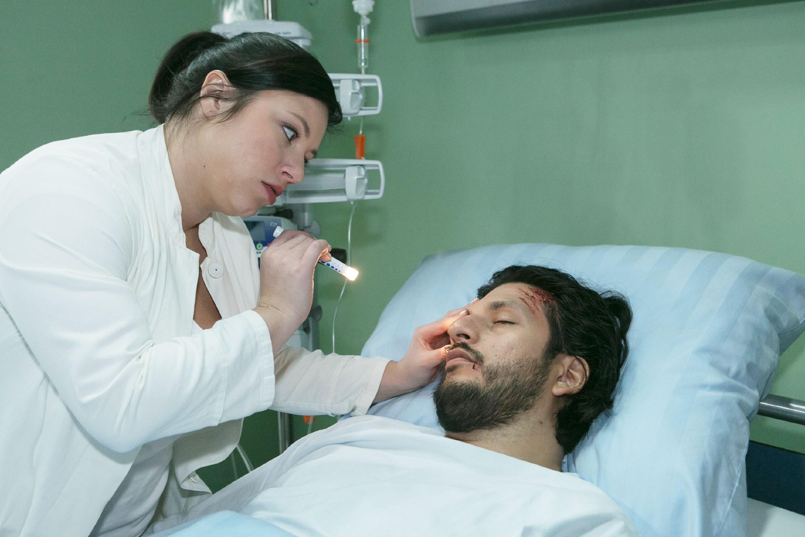 Für Vanessa (Julia Augustin) ist Maximilians (Franciso Medina) Wiederauftauchen ein Schock, doch sie bekommt zunächst keine Gelegenheit, mit ihm zu sprechen. (Quelle: RTL / Kai Schulz)