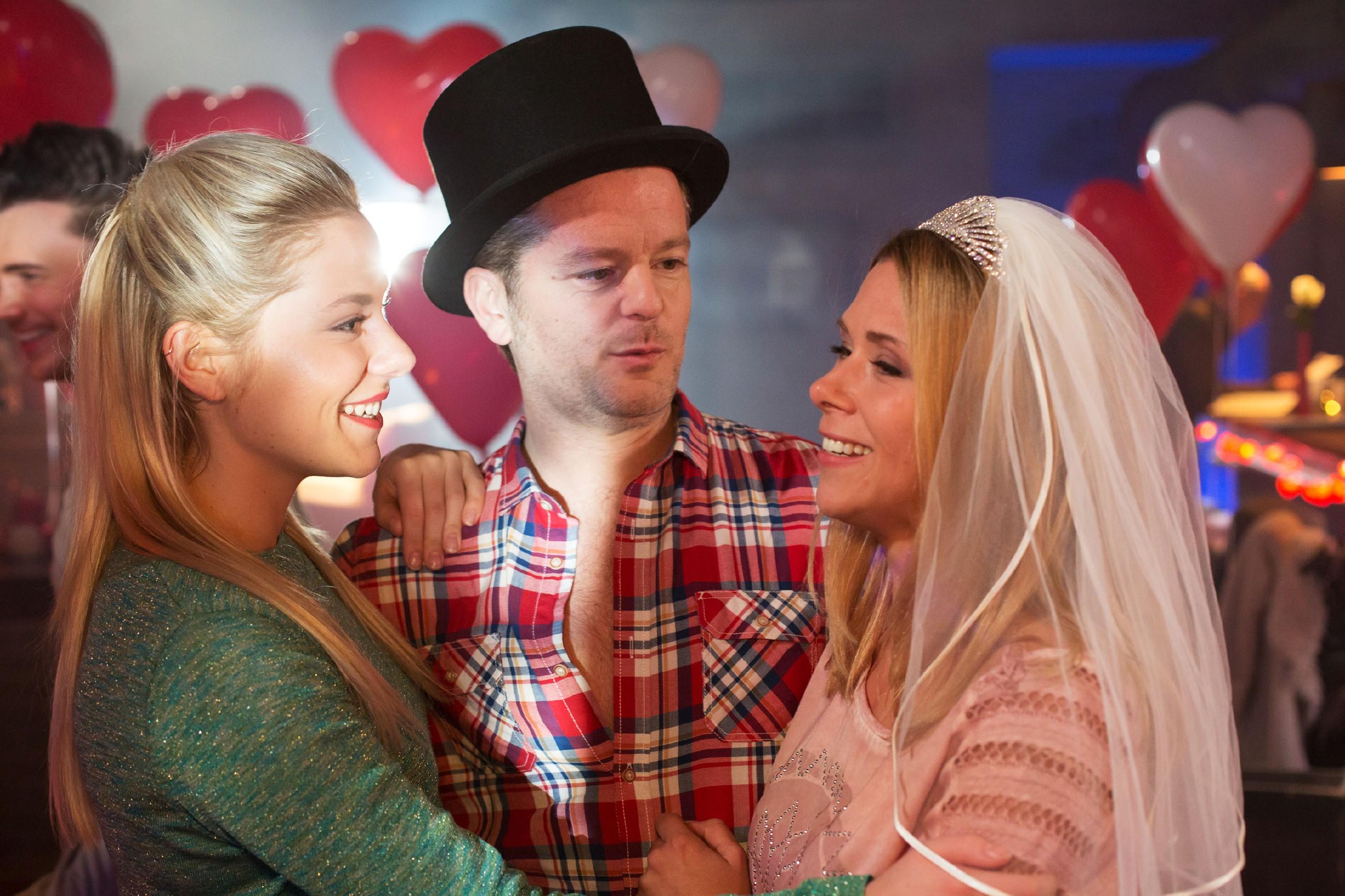 Marie (Cheyenne Pahde, l.) und die Freunde feiern die Überraschungsparty für Diana (Tanja Szewczenko) und Ingo (André Dietz) trotzdem, obwohl herauskommt, dass die beiden gar nicht verlobt sind. (Quelle: RTL / Michael Böhme)