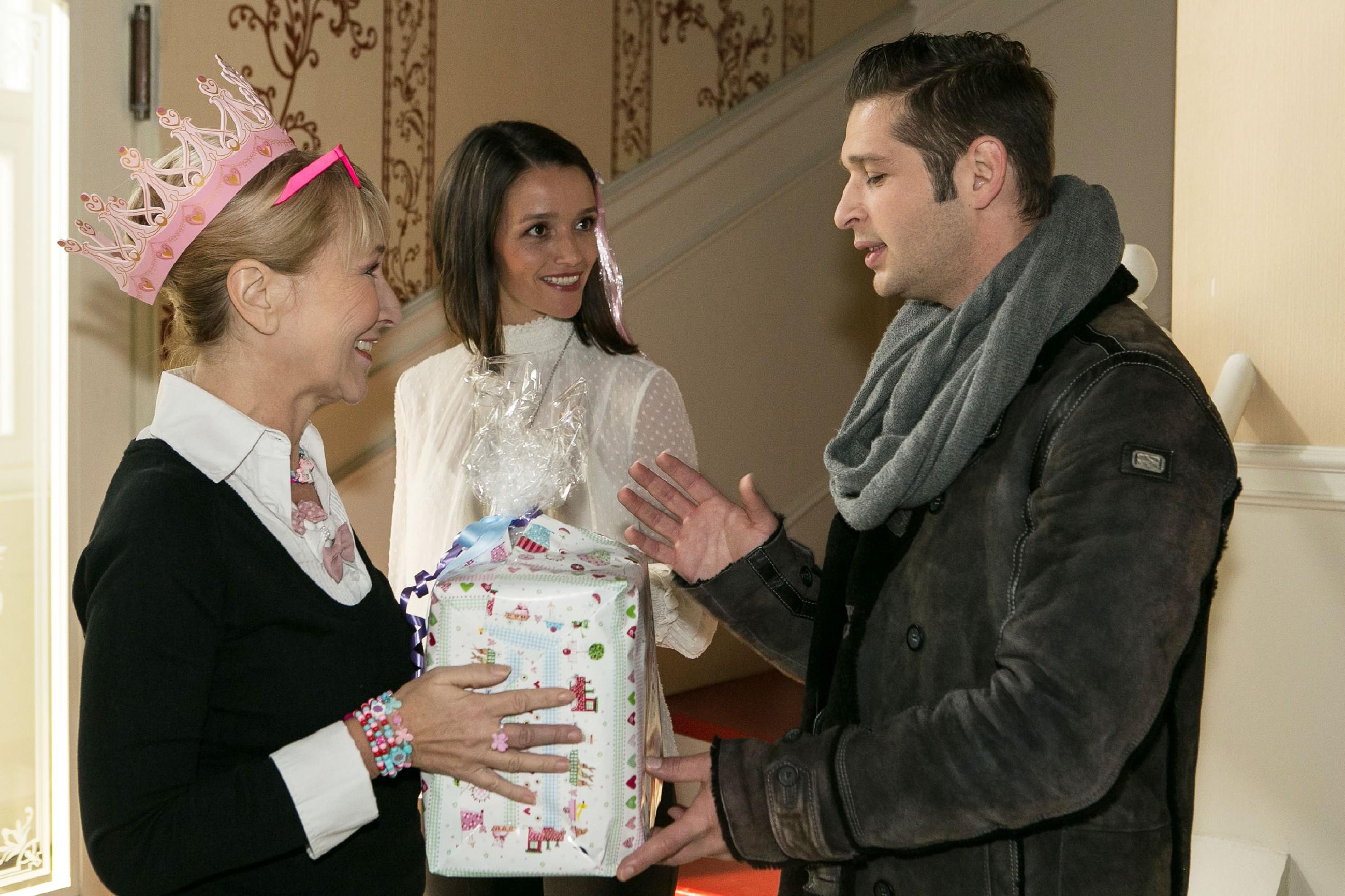 Während die Haushälterin Frau Scholz (Inge Brings, l.) sich noch um den Kindergeburtstag kümmert, können Jenny (Kaja Schmidt-Tychsen) und Deniz (Igor Dolgatschew) es kaum erwarten, endlich ihre potentiellen Eisläuferinnen zu sichten. (Quelle: RTL / Kai Schulz)