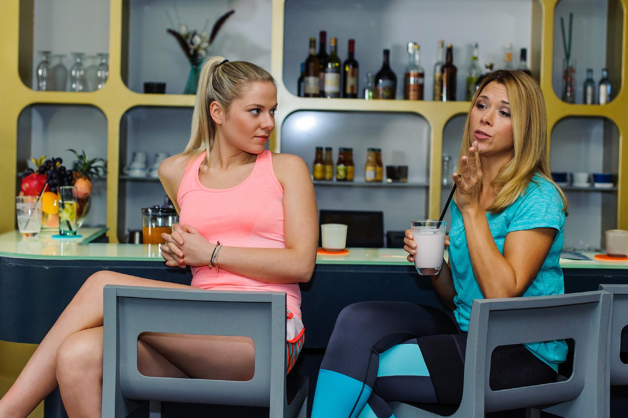Marie (Cheyenne Pahde, l.) sitzt mit Diana (Tanja Szewczenko) an der Bar, die realisiert, dass Brandon keinesfalls die Hoffnung auf eine Wiederaufnahme ihrer Affäre aufgegeben hat. (Quelle: RTL / Julia Feldhagen)
