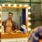 Ingo (André Dietz) kämpft mit seiner Eifersucht und betrachtet sich kritisch im Spiegel. (Quelle: RTL / Julia Feldhagen)