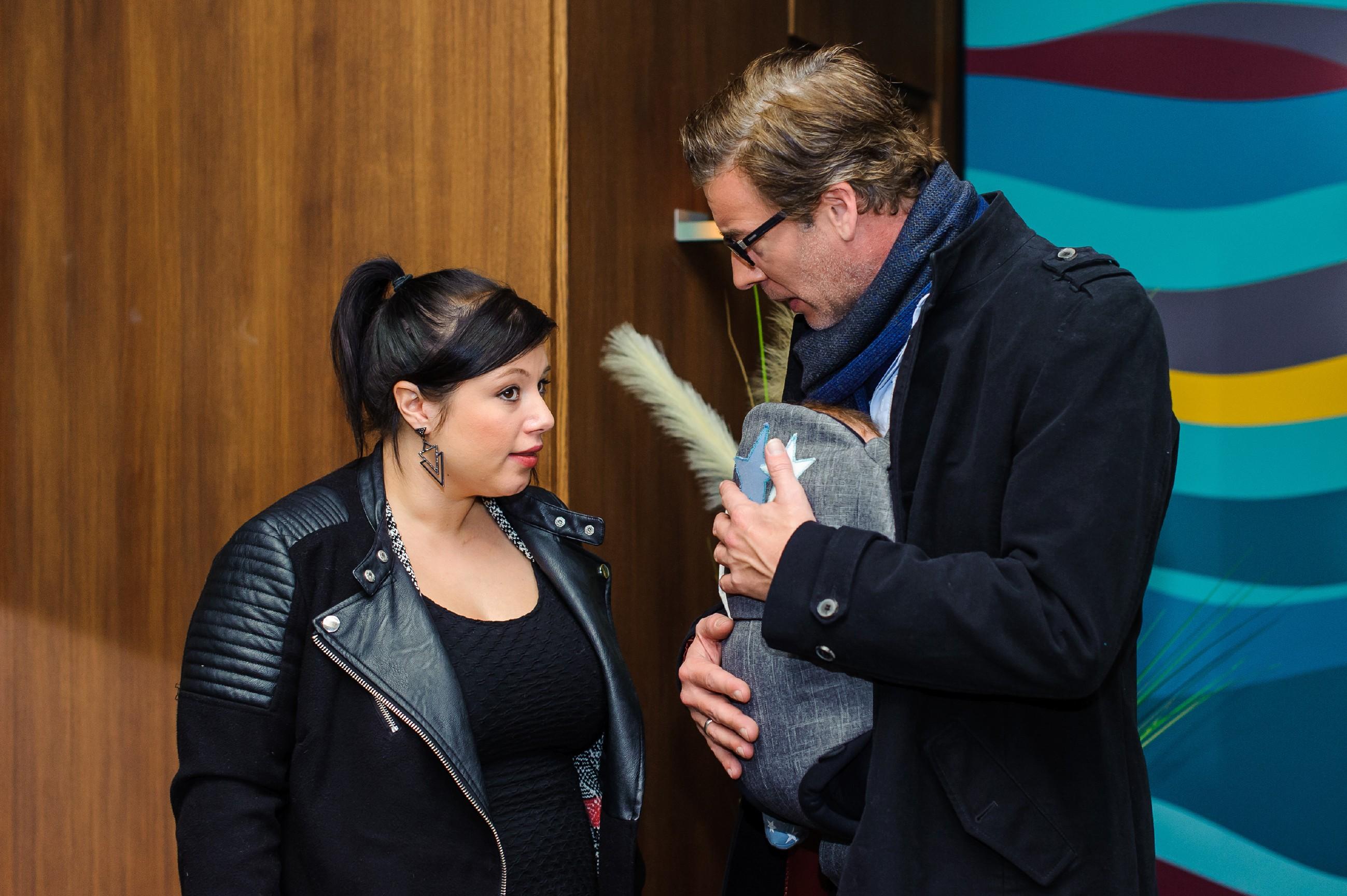 Vanessa (Julia Augustin) hadert in Christophs (Lars Korten) Gegenwart bezüglich Maximilians Fluchtplänen mit ihrem Gewissen. (Quelle: RTL / Julia Feldhagen)