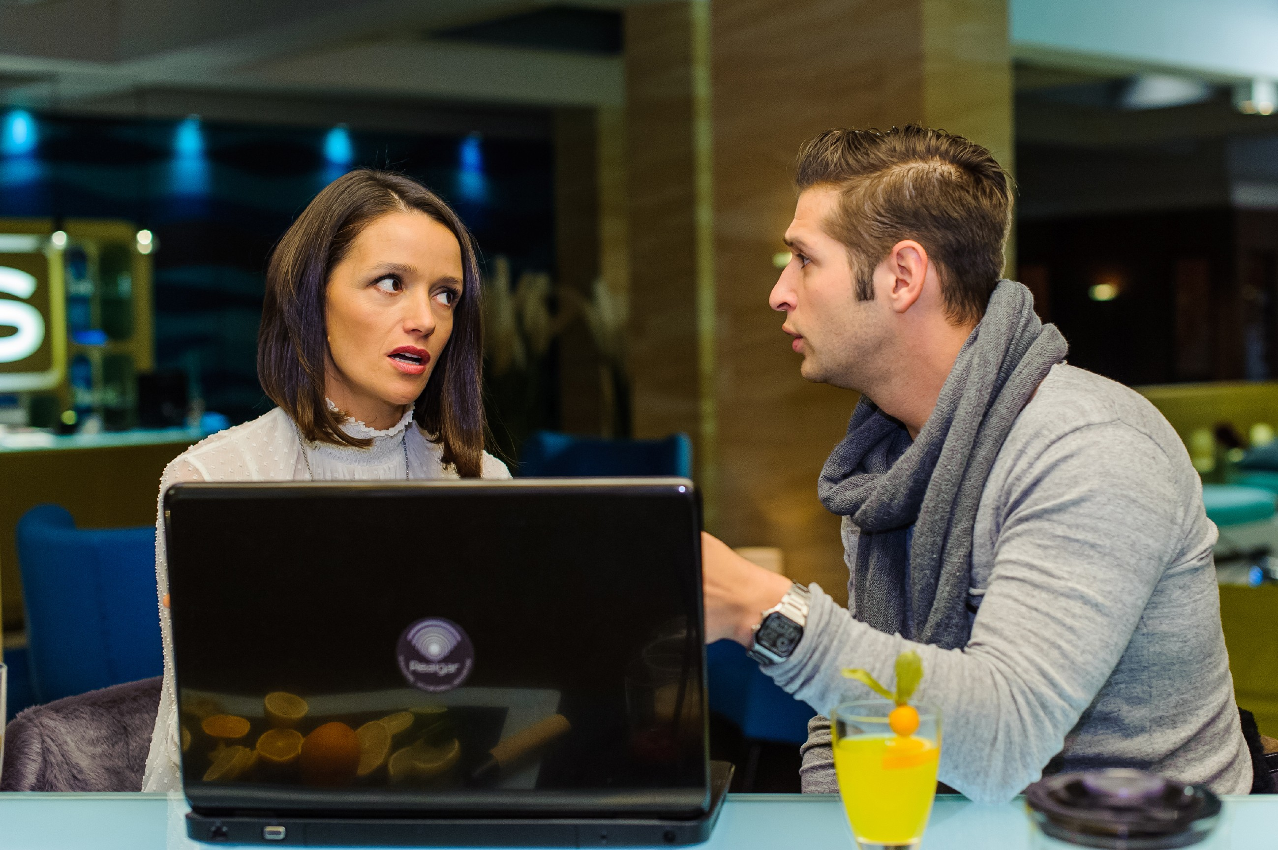 Jenny (Kaja Schmidt-Tychsen) und Deniz (Igor Dolgatschew) haben eine Eingebung, wen sie für ihren Eislaufkader brauchen. (Quelle: RTL / Julia Feldhagen)