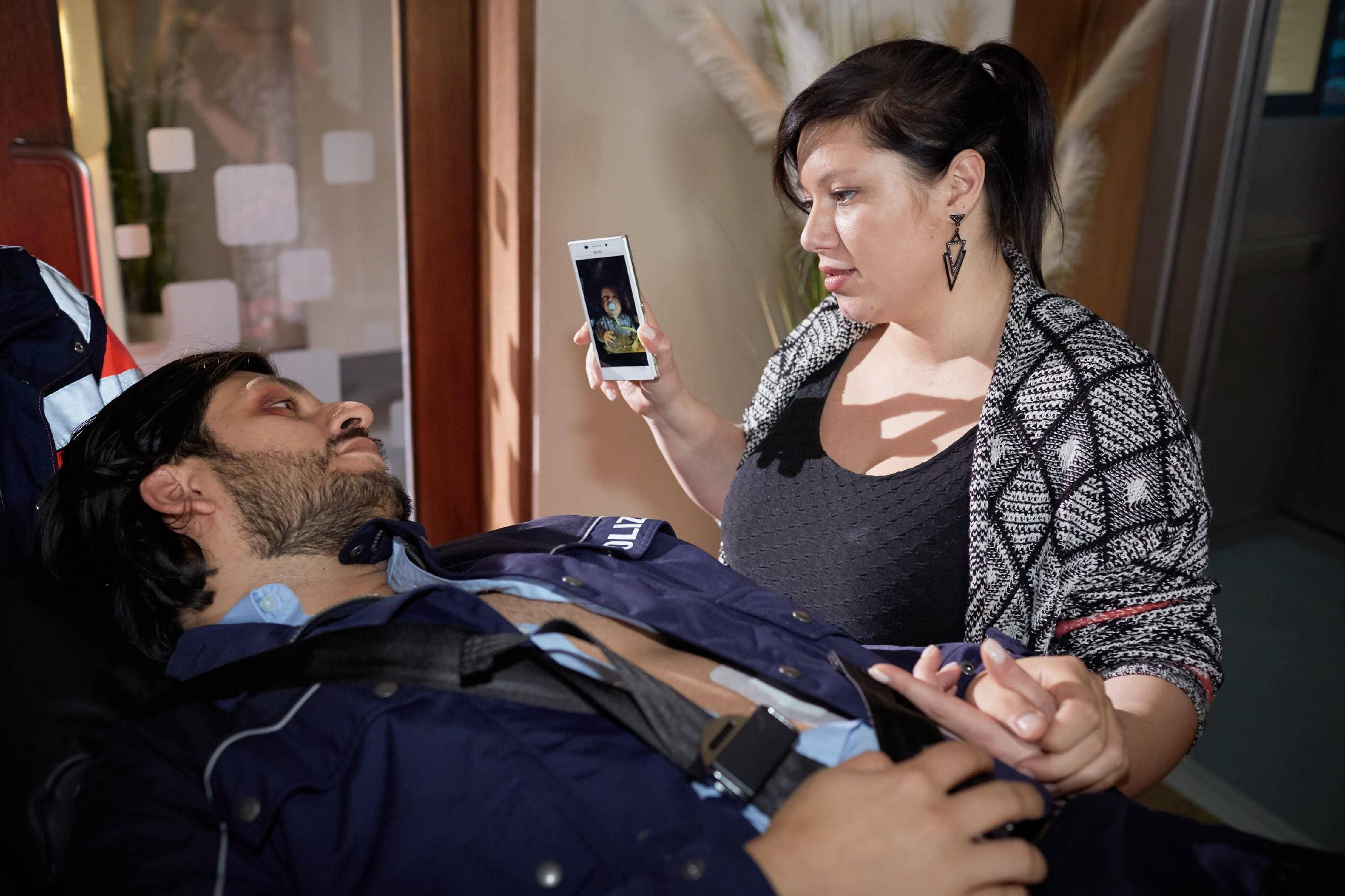 Vanessa (Julia Augustin) konnte Maximilian (Francisco Medina) zur Aufgabe bewegen. Als er abtransportiert wird, zeigt sie ihm ein Bild ihres Sohnes. (Quelle: RTL / Guido Engels)