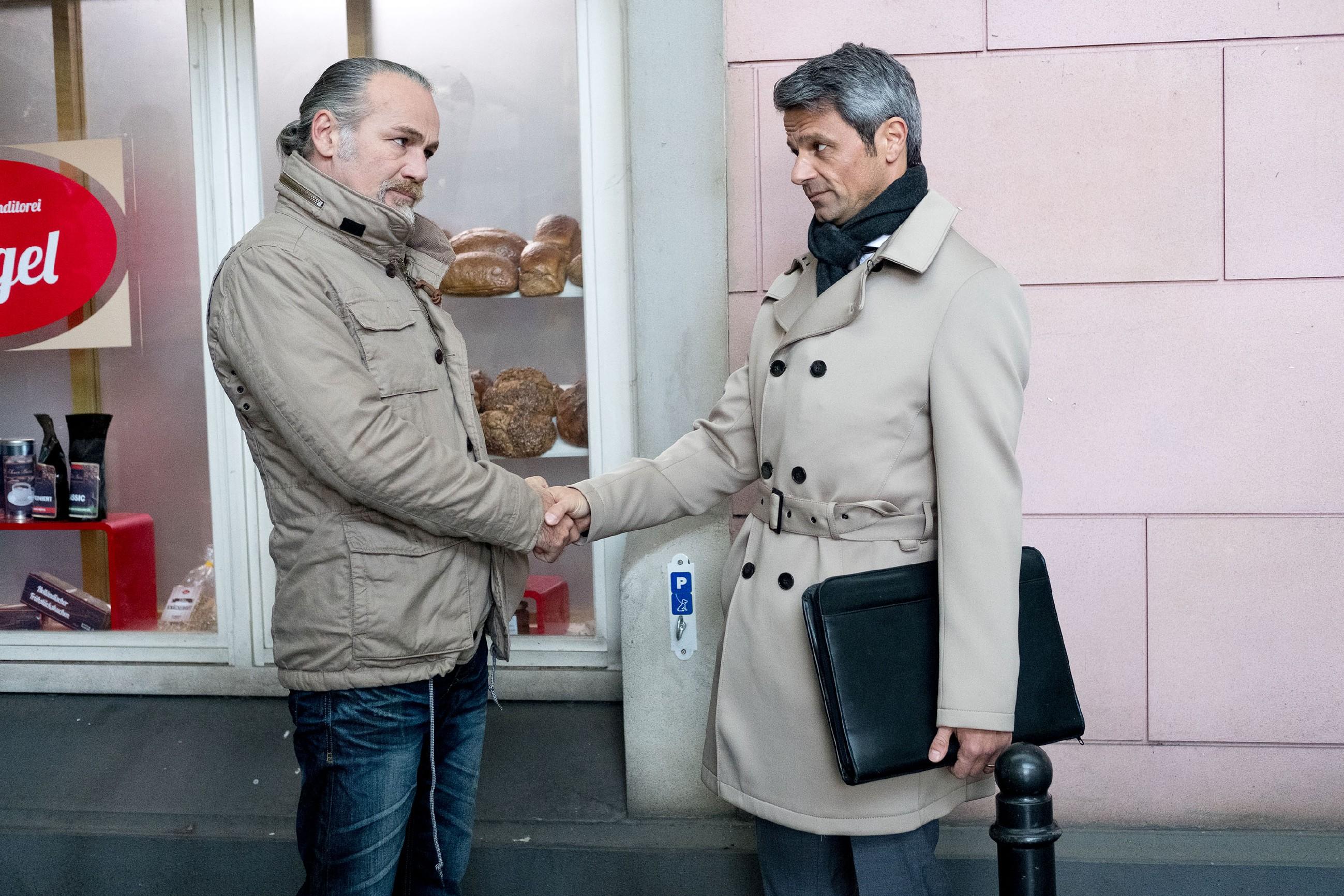 Um sein Geschäft zu retten, geht Benedikt (Jens Hajek, r.) überwiegend auf Roberts (Luca Maric) Forderungen ein. (Quelle: RTL / Stefan Behrens)