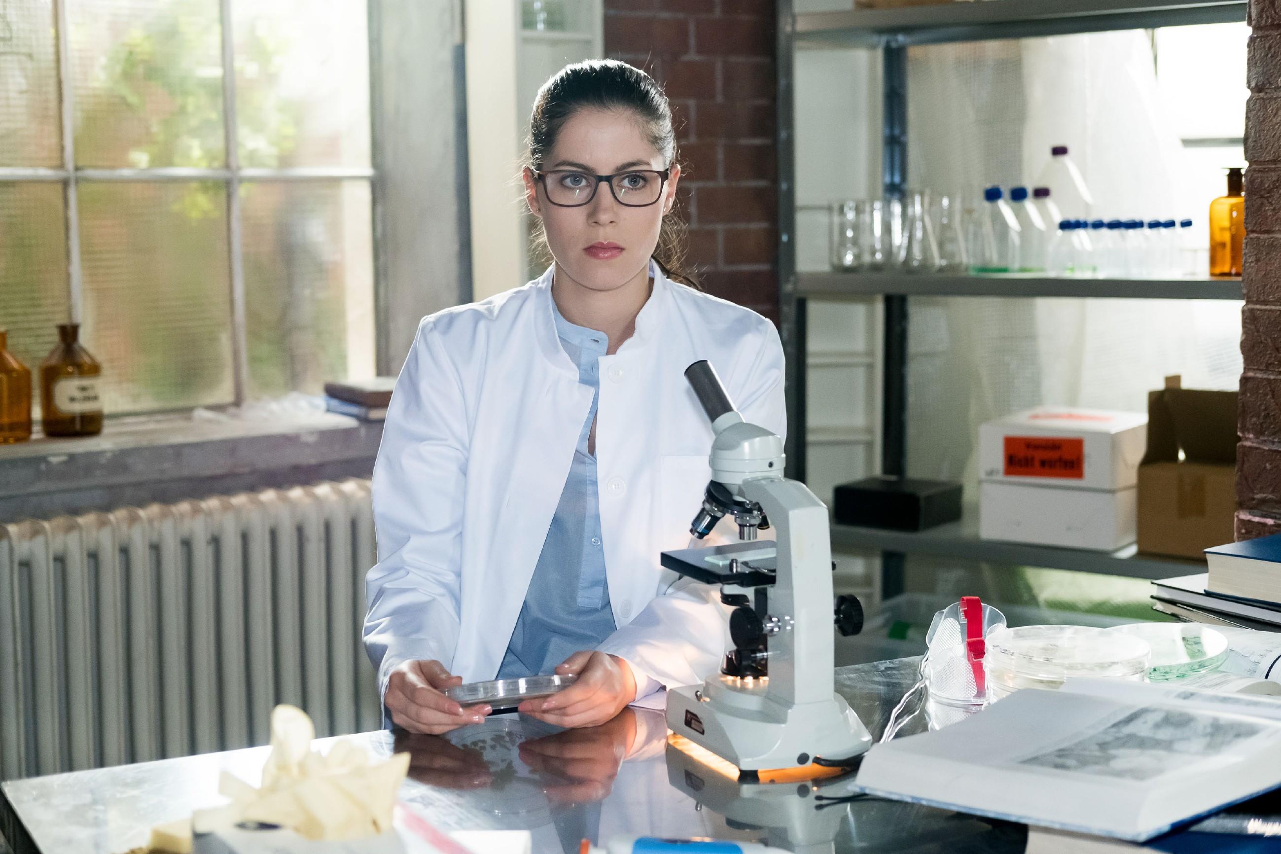 Sina (Valea Katharina Scalabrino) muss in Sachen Forschung einen herben Rückschlag einstecken und hadert damit, dass Lukas besser ist als sie. (Quelle: RTL / Stefan Behrens)