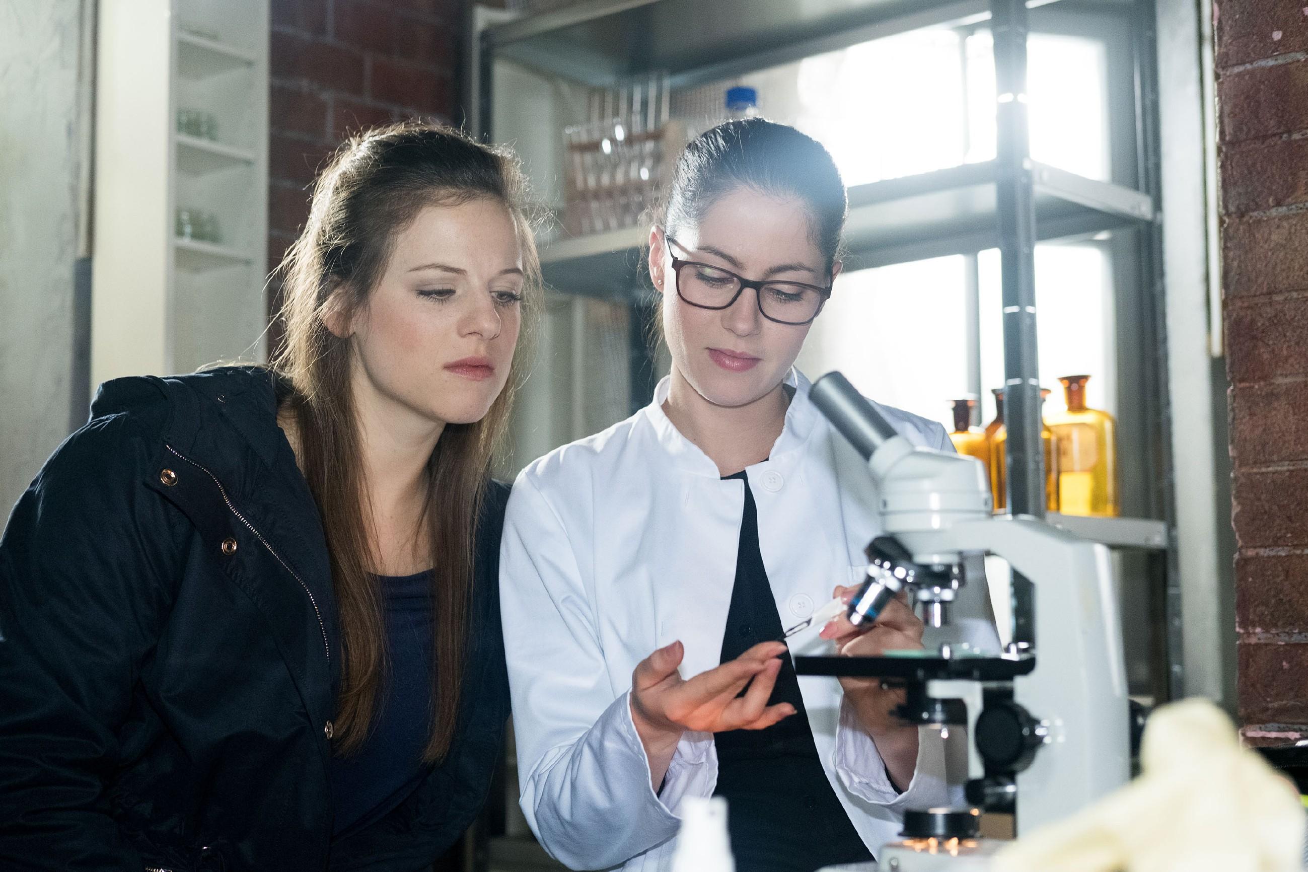 Sina (Valea Katharina Scalabrino, r.) erklärt Elli (Nora Koppen), dass sie ihre Bakterien nun genau wie Lukas mit Menschenblut füttern will. (Quelle: RTL / Stefan Behrens)