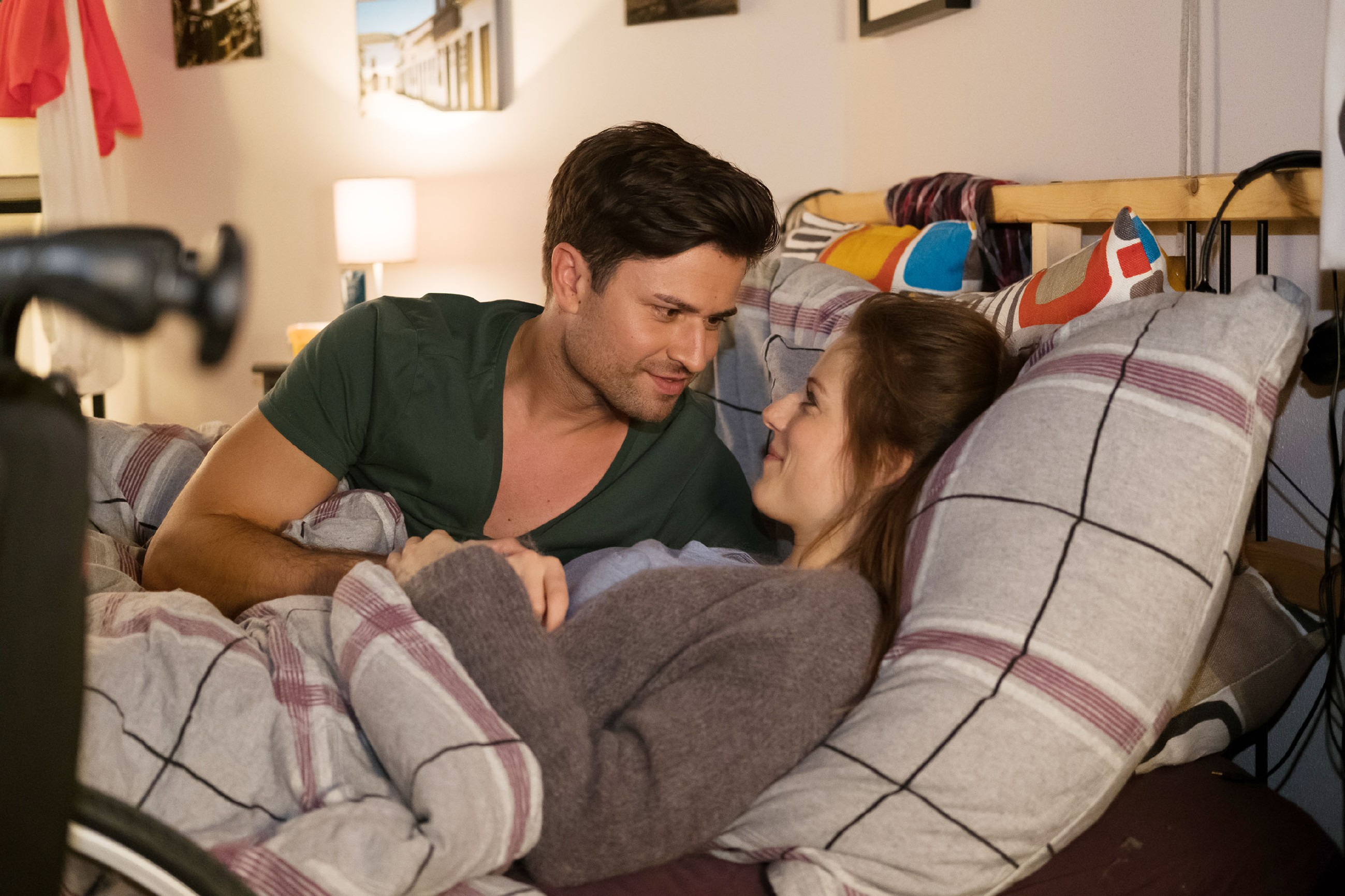 Elli (Nora Koppen) gesteht Paco (Milos Vukovic), dass sie doch nicht ohne Hilfe ausgekommen ist. Mit neu erwachtem Respekt bittet sie Paco, ihr beizubringen, wie man im Rollstuhl alleine zurechtkommt. (Quelle: RTL / Stefan Behrens)