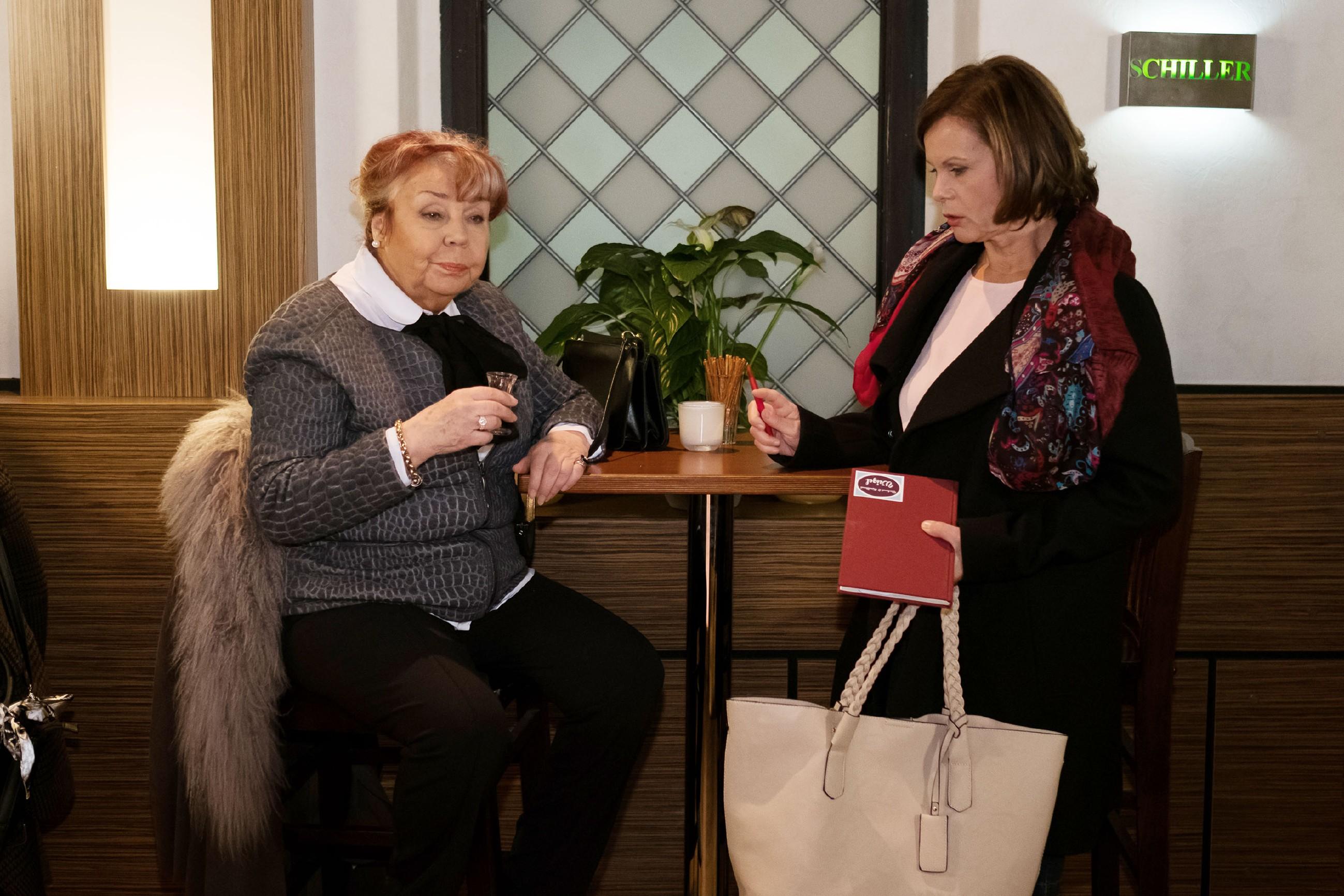 Irene (Petra Blossey, r.) weist Roswitha (Andrea Brix) in ihre Schranken. (Quelle: RTL / Stefan Behrens)