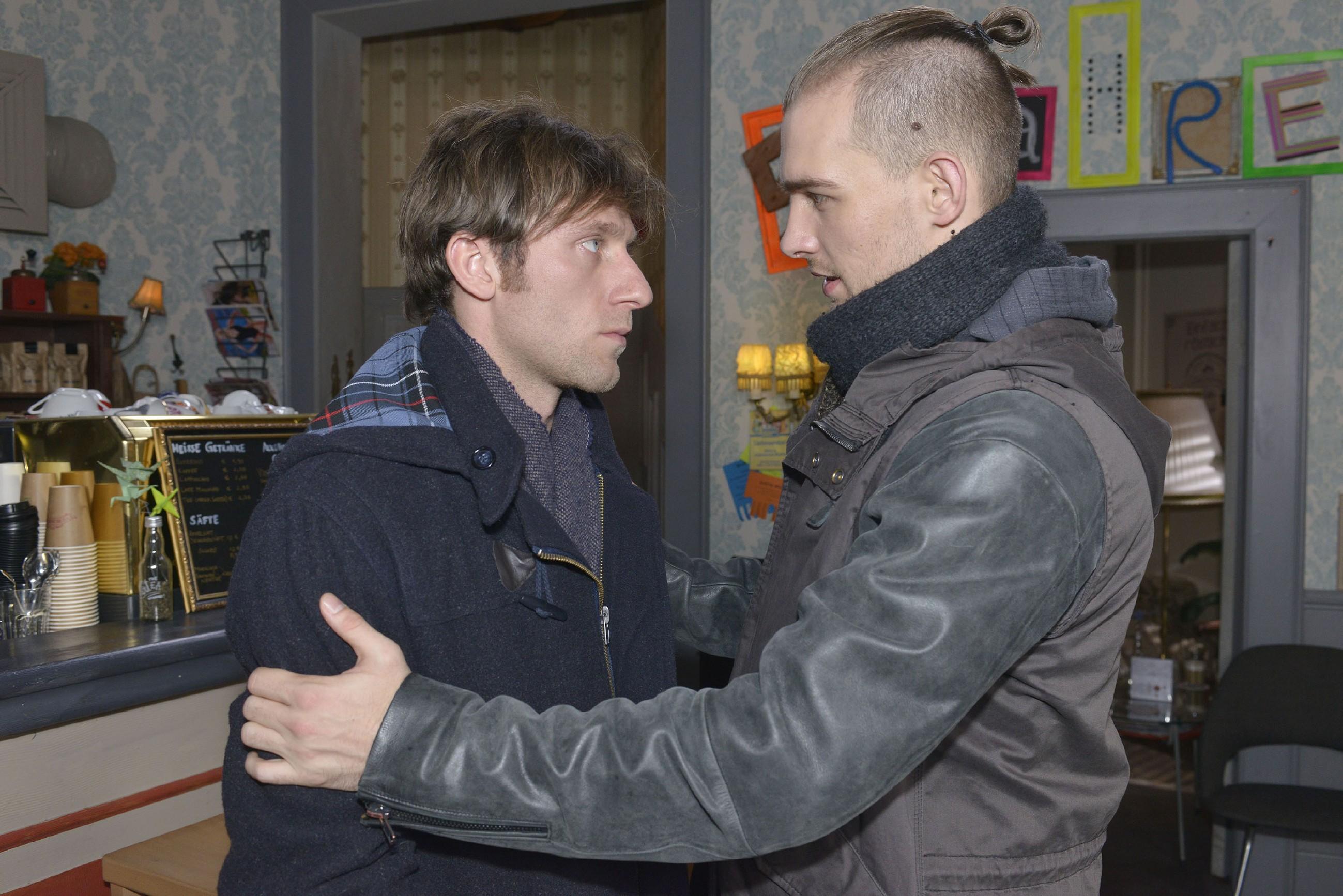 Till (Merlin Leonhardt, l.) ist dankbar, dass Chris (Eric Stehfest) ihm verspricht, jederzeit für ihn erreichbar zu sein. (Quelle: RTL / Rolf Baumgartner)