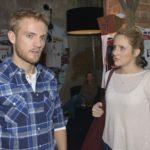 Paul (Niklas Osterloh) streitet vor Eva (Vera Hübner) ab, Gefühle für Emily zu haben. (Quelle: RTL / Rolf Baumgartner)
