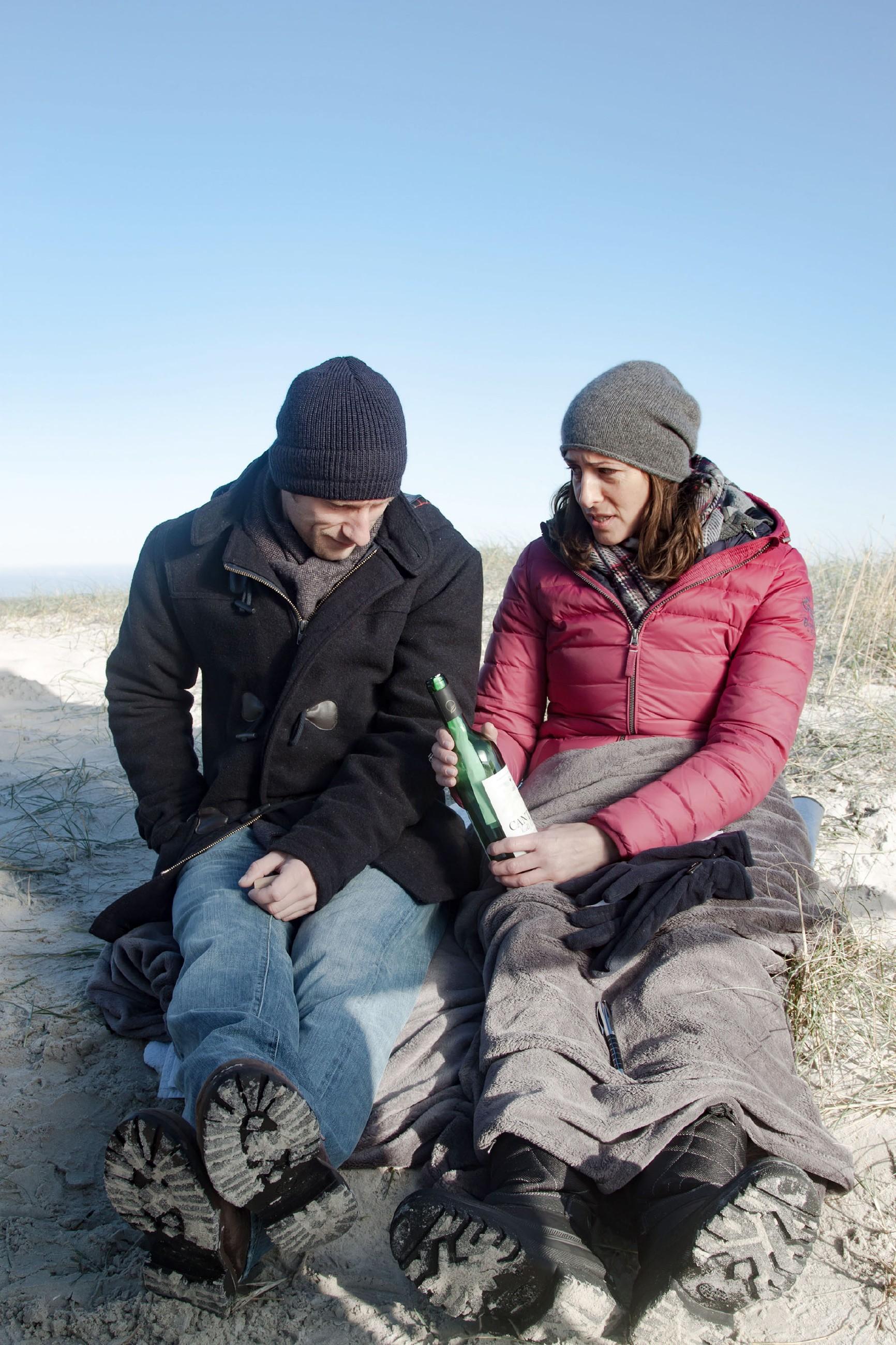 Till (Merlin Leonhardt) und Katrin (Ulrike Frank) genießen die gemeinsame Zeit am Meer. Doch als sie am Strand eine alte Flaschenpost finden, werden sie wieder auf Tills Krankheit zurückgeworfen... (Quelle: RTL / Benjamin Kampehl)